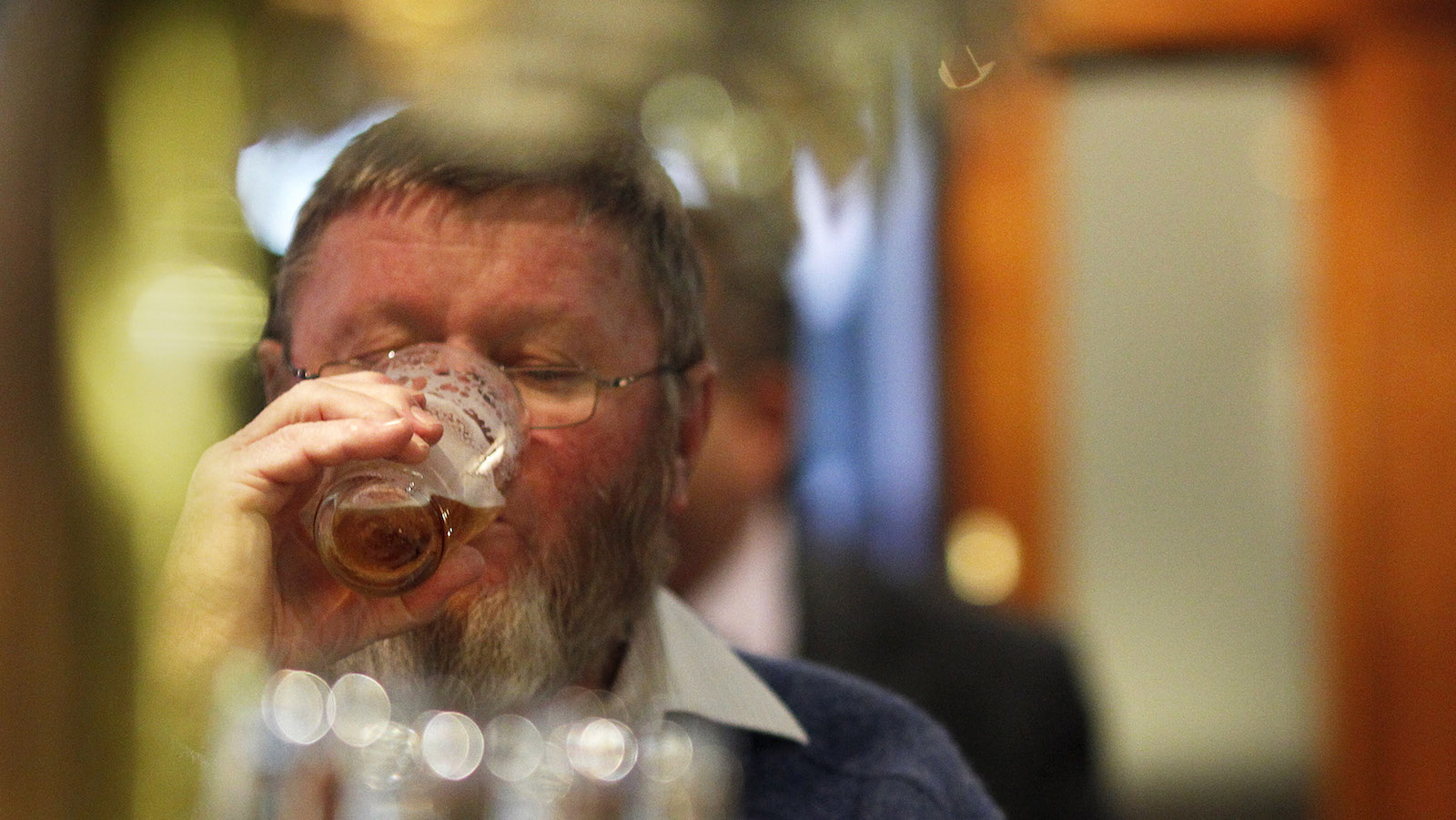 A customer drinks a glass of beer produced by Fosters, at the Occidental Hotel in central Sydney June 21, 2011. Australia's Foster's Group has rejected a A$9.5 billion ($10.1 billion) cash takeover offer from global brewing giant SABMiller as too low, offering only a slim premium for Australia's largest brewer.     REUTERS/Tim Wimborne   (AUSTRALIA - Tags: BUSINESS) - RTR2NWF9
