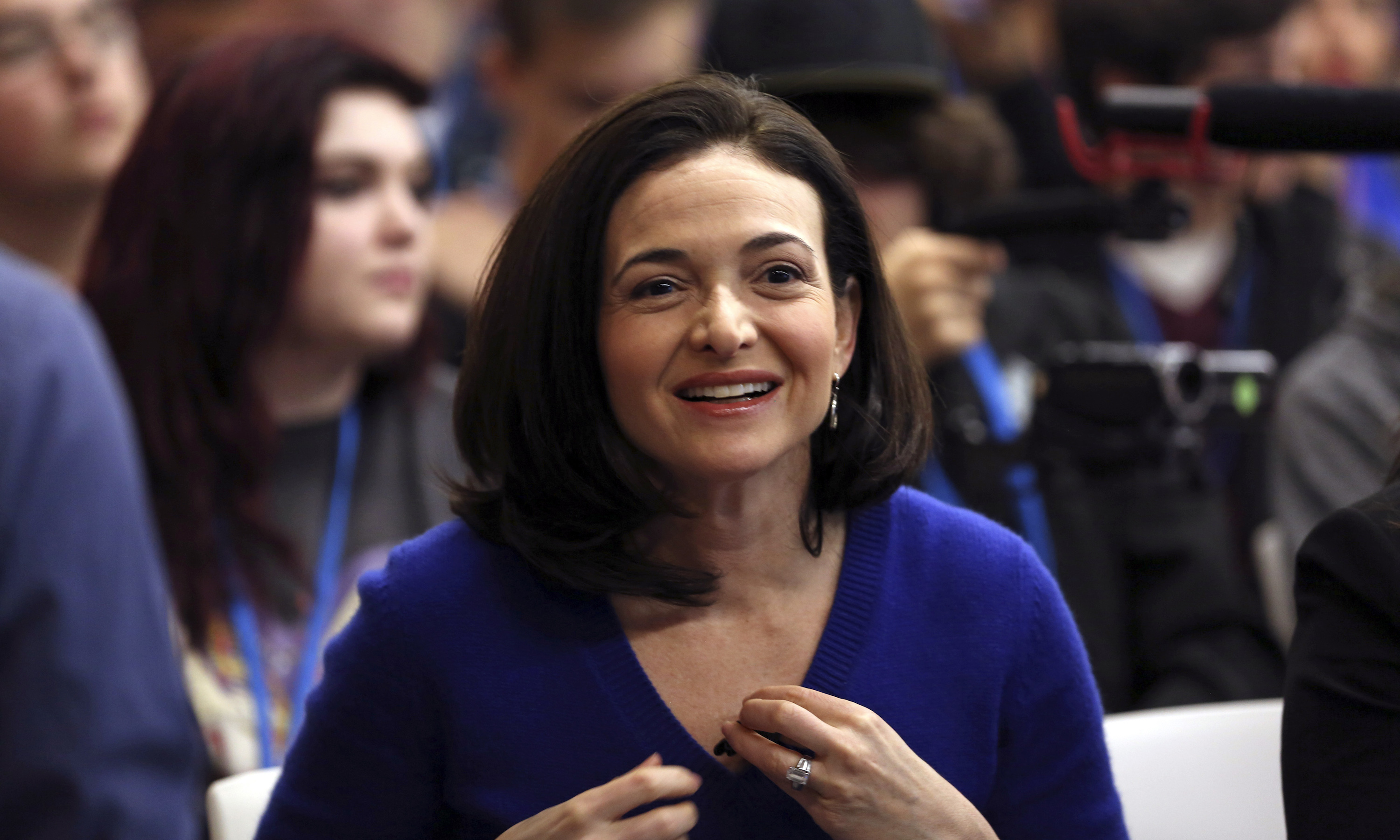 Facebook COO Sheryl Sandberg looks on at the Facebook headquarters in Menlo Park, California February 10, 2015. REUTERS/Robert Galbraith  (UNITED STATES - Tags: SCIENCE TECHNOLOGY BUSINESS SOCIETY) - RTR4P2RY