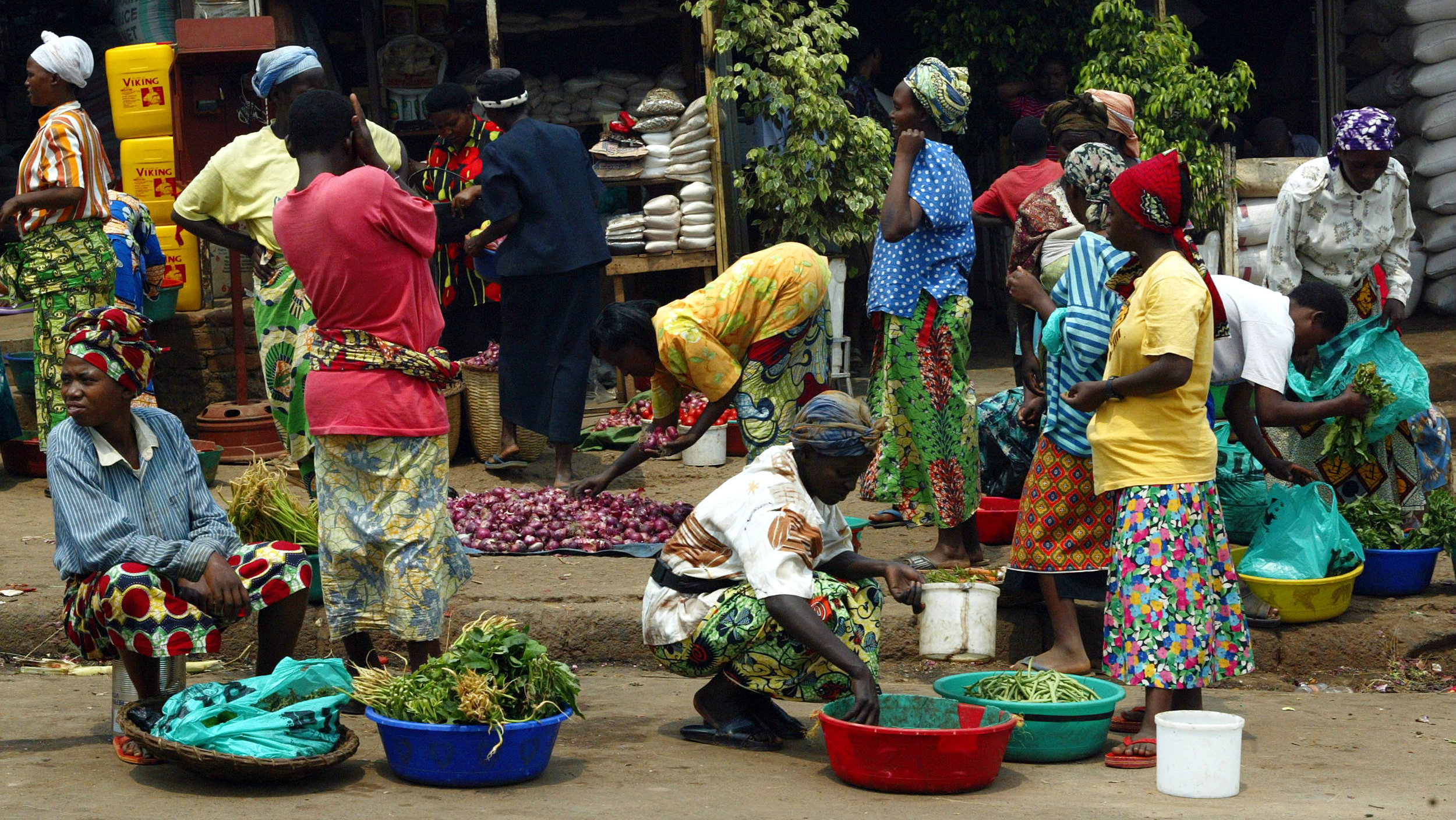 Rwandan women work in a market place in the Rwandan capital Kigali, August 20, 2003. REUTERS/Antony Njuguna
