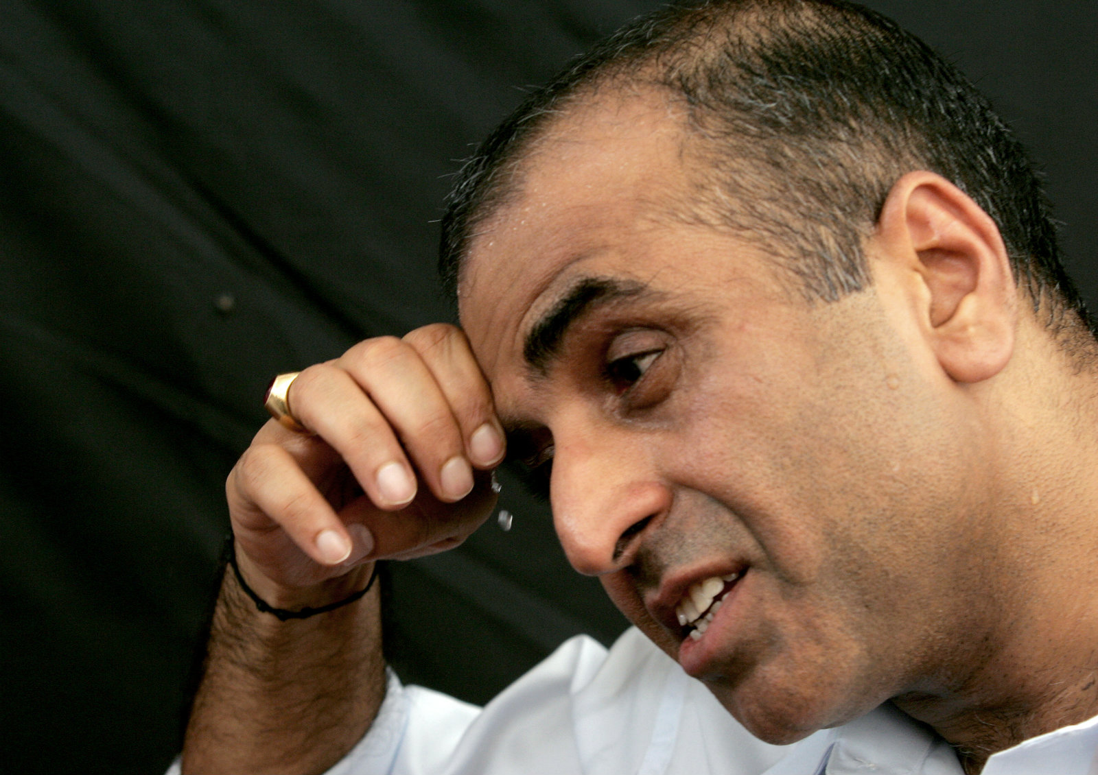 The chairman of Bharti Airtel Ltd. Sunil Mittal wipes his face during interaction with journalists in Ladhowal, in the northern Indian state of Punjab, September 27, 2006. India's telecoms regulator recommended base prices on Wednesday for an auction of 3G spectrum for high-speed mobile phone services ranging from 150 million rupees ($3.27 million) to 800 million rupees.