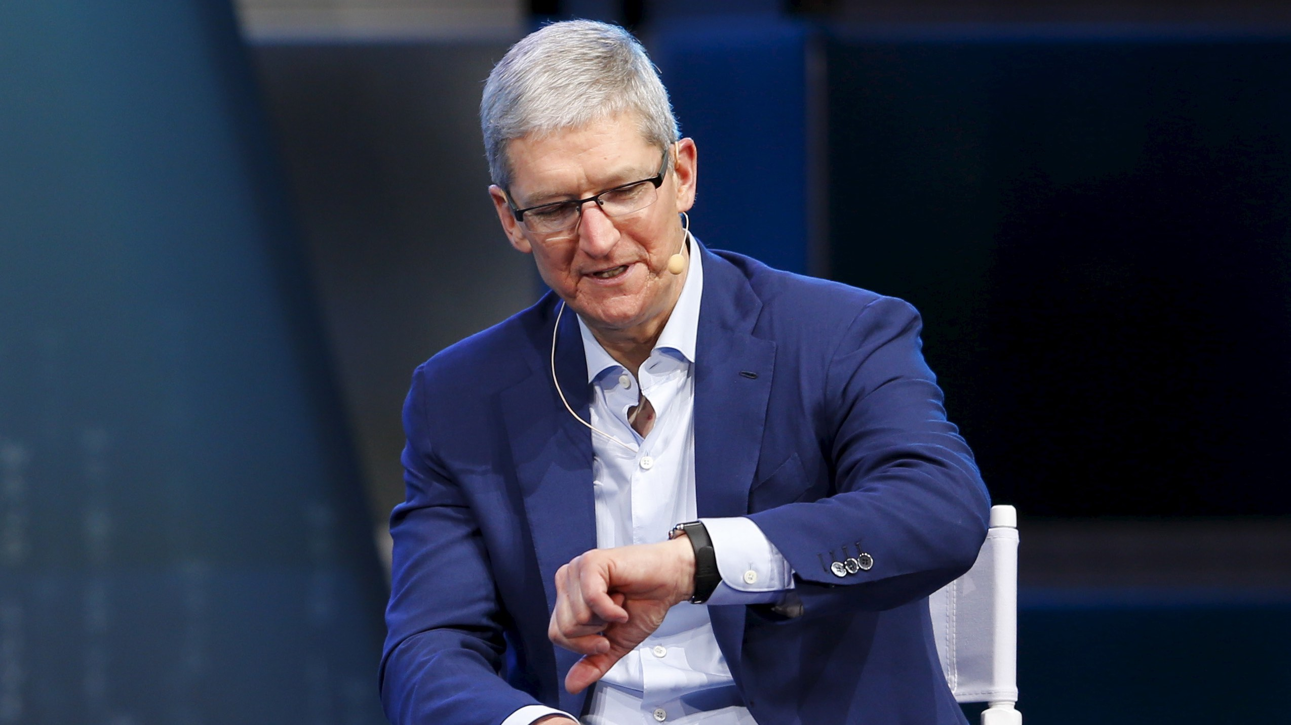 Apple CEO Tim Cook (R) talks about his apple watch as he speaks with Gerard Baker, Editor in Chief, The Wall Street Journal, during the Wall Street Journal Digital Live ( WSJDLive ) conference at the Montage hotline Laguna Beach, California October 19, 2015. REUTERS/Mike Blake