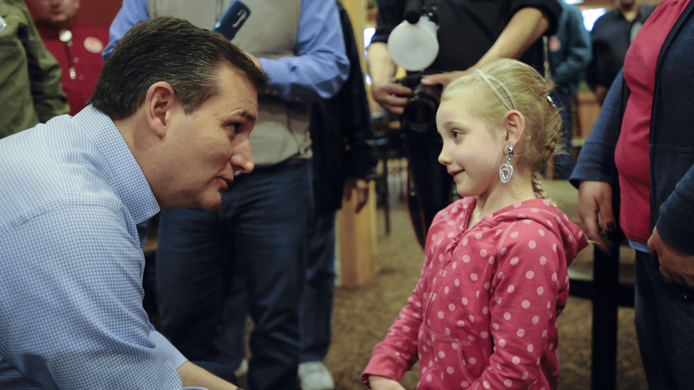 U.S. Republican presidential candidate Ted Cruz talks to Sally Vandall, 5, of Newton, Iowa at a campaign stop at a Pizza Ranch restaurant in Newton, Iowa November 29, 2015.
