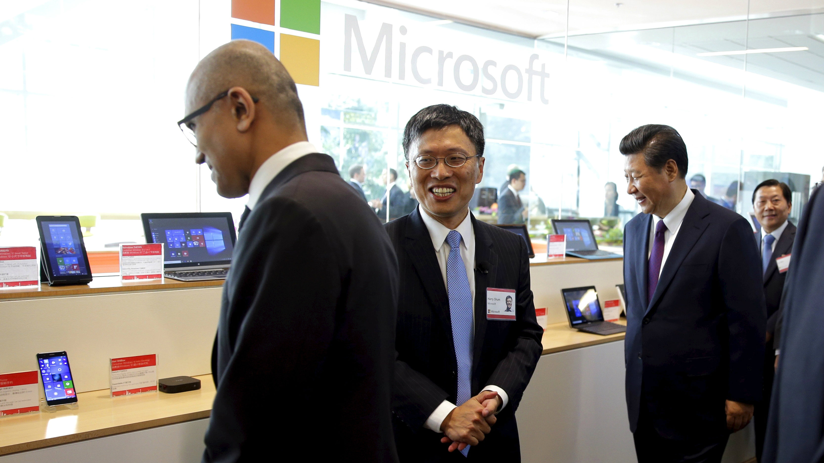 Harry Shum (C), Microsoft Executive Vice President of Technology and Research, and Microsoft CEO Satya Nadella (L) show Chinese President Xi Jinping (R) a display of devices running the Windows operating system that were made in China by ZTE Corporation during a tour of Microsoft's main campus in Redmond, Washington September 23, 2015. REUTERS/Ted S. Warren/Pool