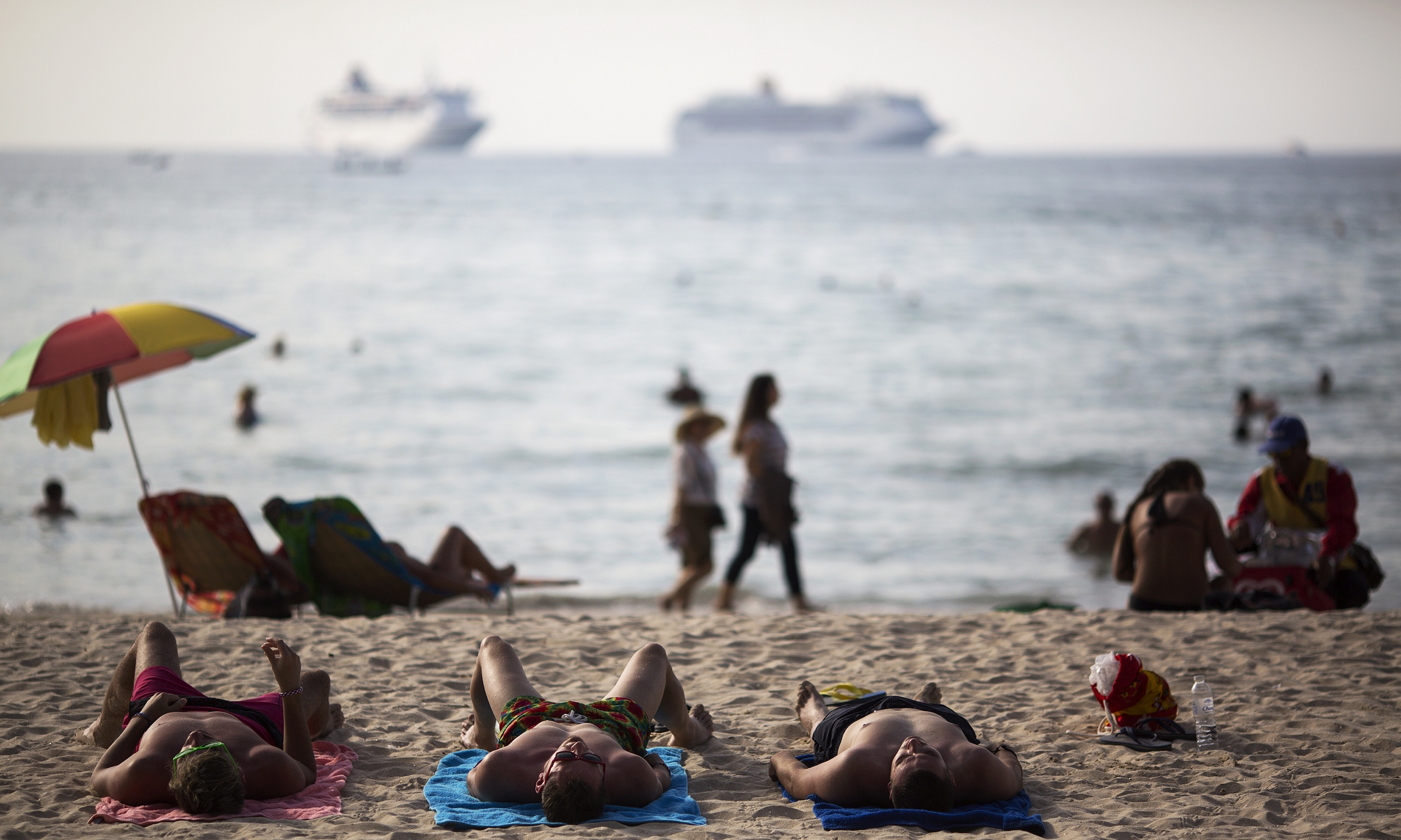 Tourists are seen at Patong beach which was badly hit by 2004 tsunami in Phuket, one of Asia's premier resort islands, December 15, 2014. In Thailand, over 5300 people were killed including several thousand foreign tourists,  in Indian Ocean Tsunami on December 26, 2004,  when the waves swamped six coastal provinces, turning some of the world's most beautiful beaches into mass graves.  REUTERS/Damir Sagolj (THAILAND - Tags: DISASTER ENVIRONMENT SOCIETY ANNIVERSARY) - RTR4IYQ0