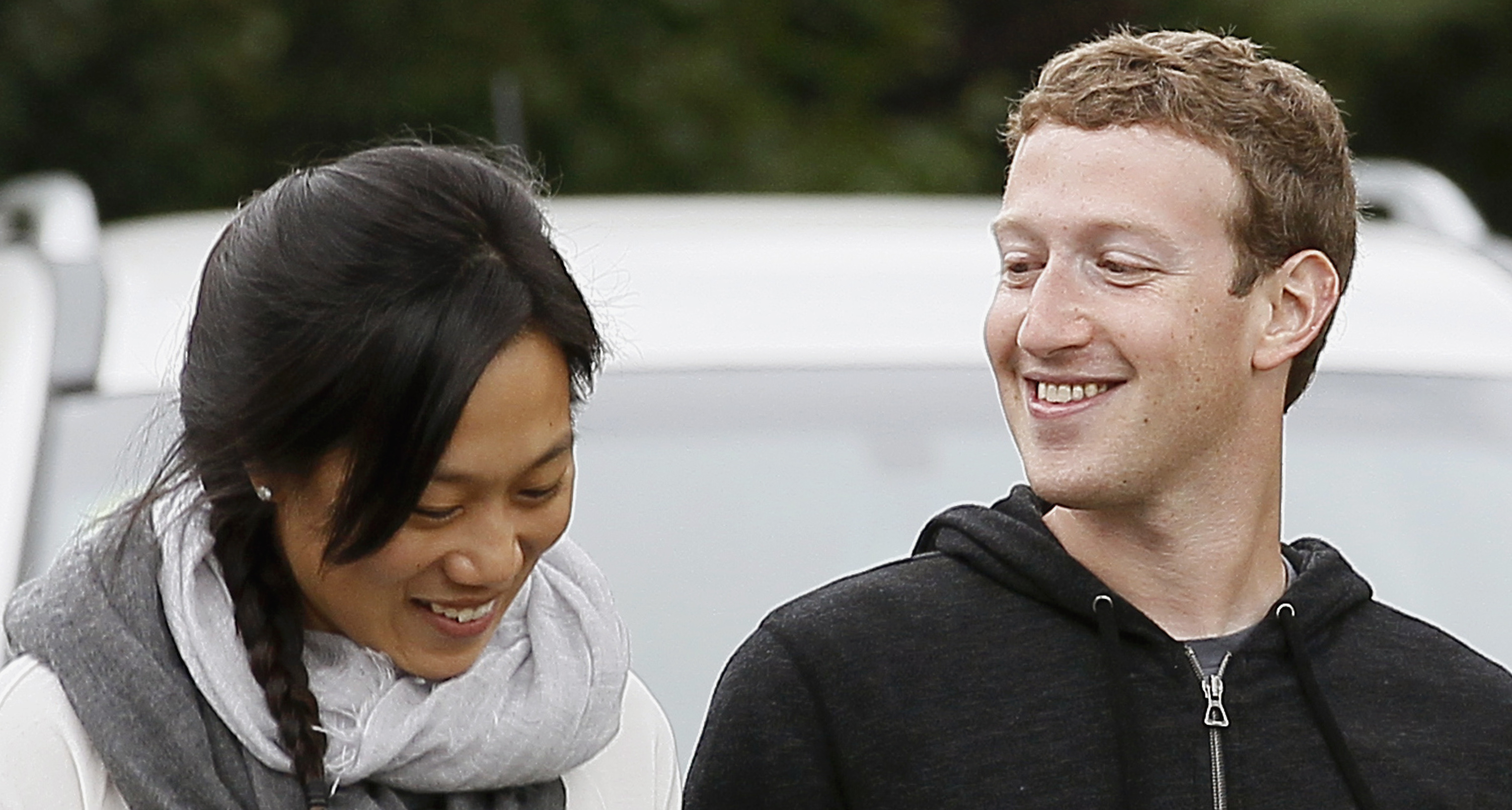 Facebook CEO Mark Zuckerberg walks with his wife Priscilla Chan at the annual Allen and Co. conference at the Sun Valley, Idaho Resort July 11, 2013.  REUTERS/Rick Wilking (UNITED STATES - Tags: BUSINESS) - RTX11KC3