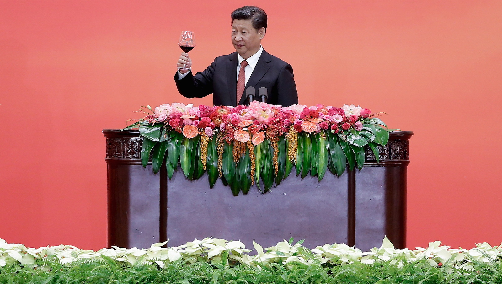 Chinese President Xi Jinping raises a toast to guests after speaking during a reception commemorating 70th anniversary of the end of World War Two, at the Great Hall Of The People in Beijing September 3, 2015. REUTERS/ Lintao Zhang/Pool - RTX1QUYP