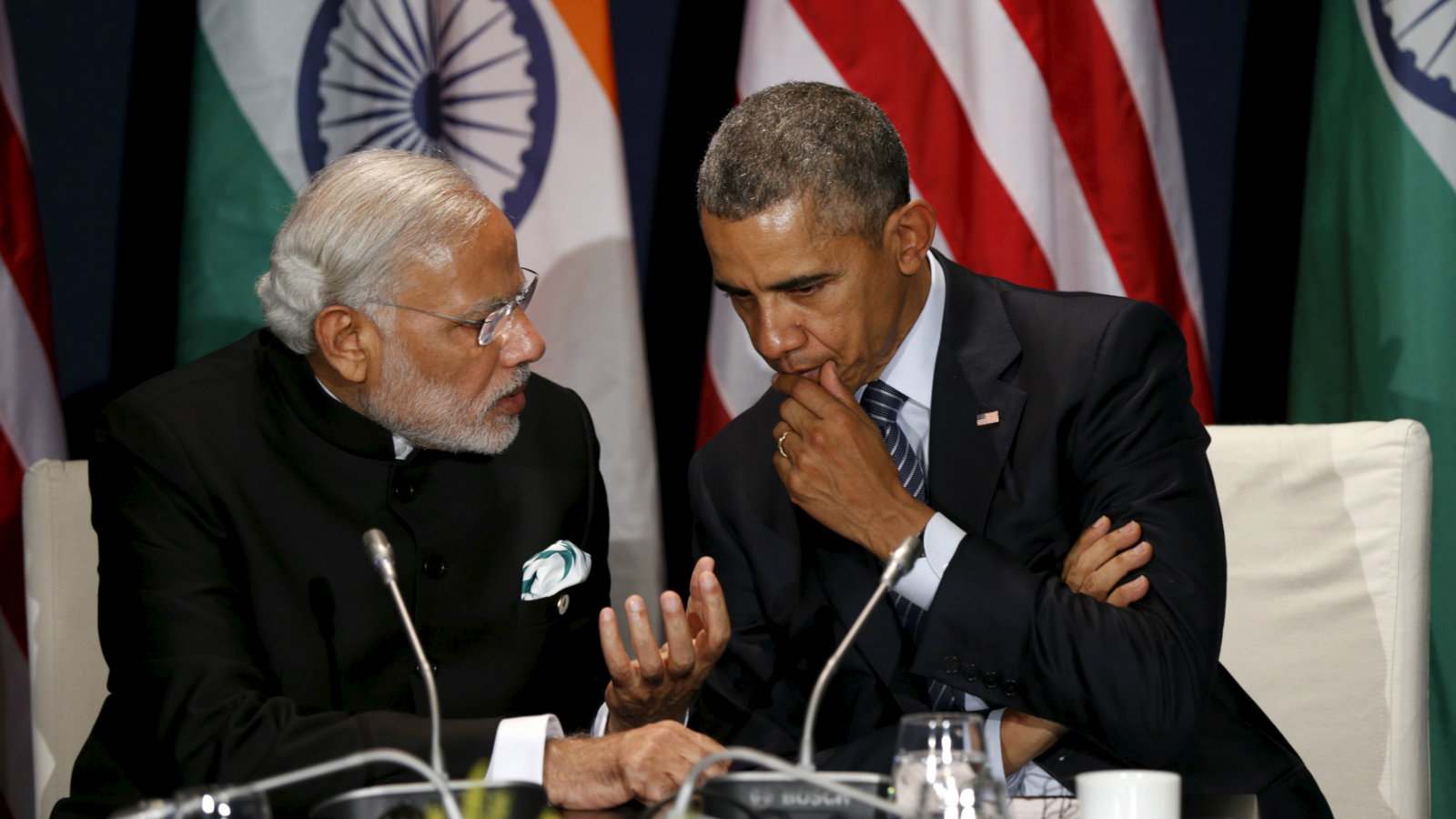 US President Barack Obama (R) meets with Indian Prime Minister Narendra Modi at the climate change summit in Paris, Nov. 30, 2015.