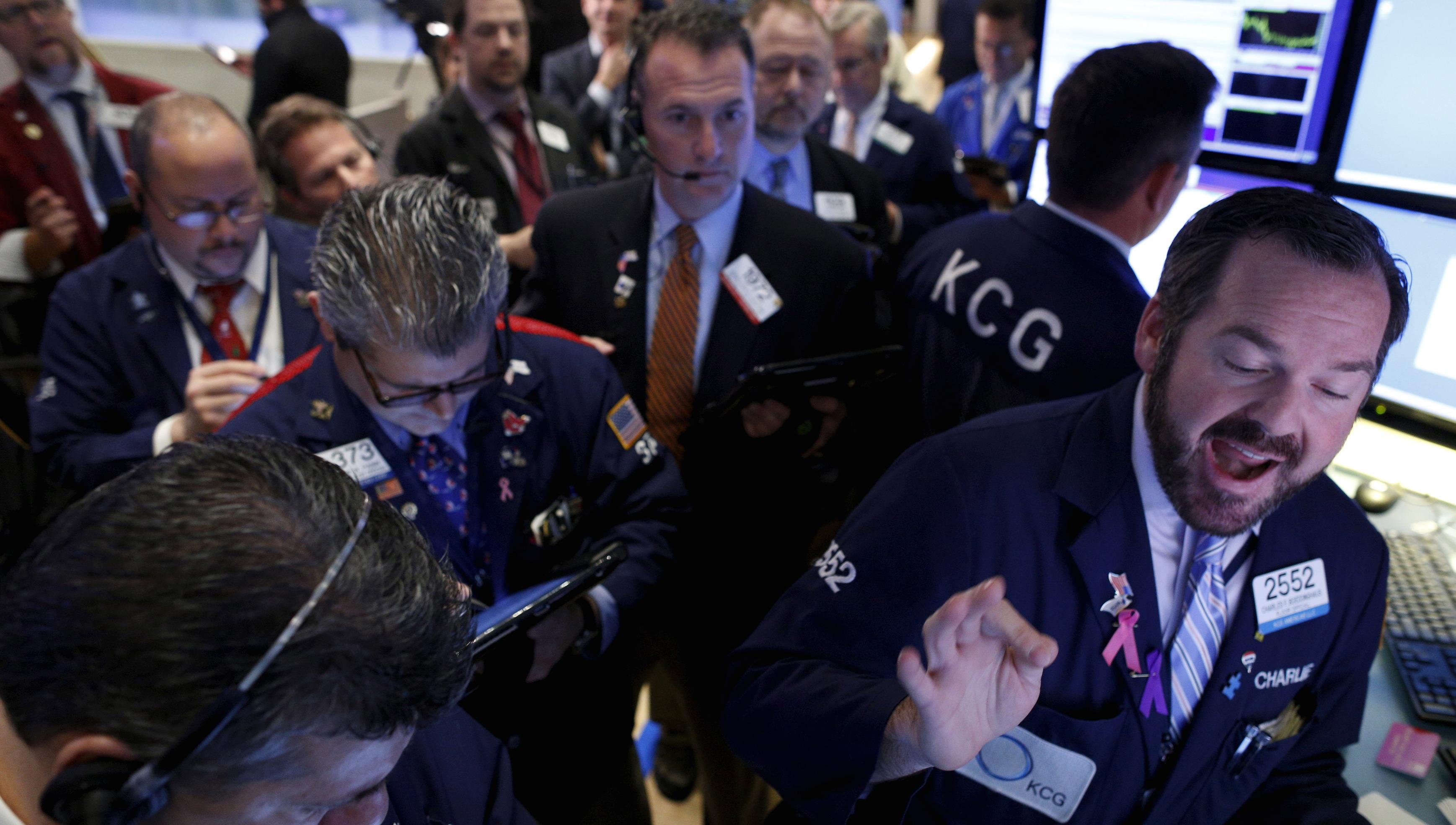 Traders work on the floor of the New York Stock Exchange December 3, 2015. REUTERS/Brendan McDermid  - RTX1X18P