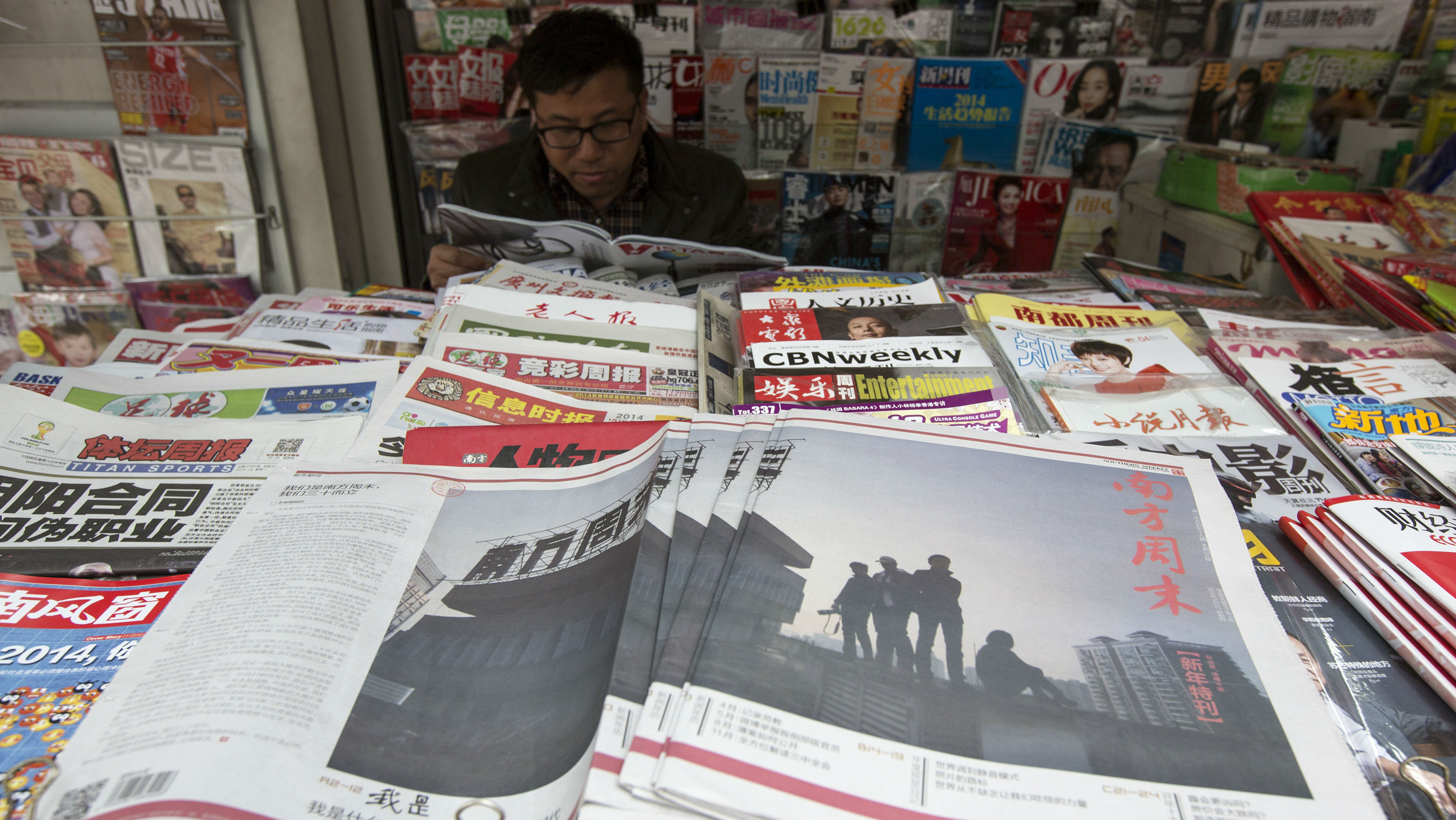 Southern Weekly newspaper copies are left on display at a newsstand in the southern Chinese city of Guangzhou January 7, 2014. Chinese authorities have detained some activists in the southern city of Guangzhou to try to derail a protest planned for Tuesday to commemorate a strike by reporters at Southern Weekly, several activists said. REUTERS/Tyrone Siu (CHINA - Tags: POLITICS MEDIA CIVIL UNREST)
