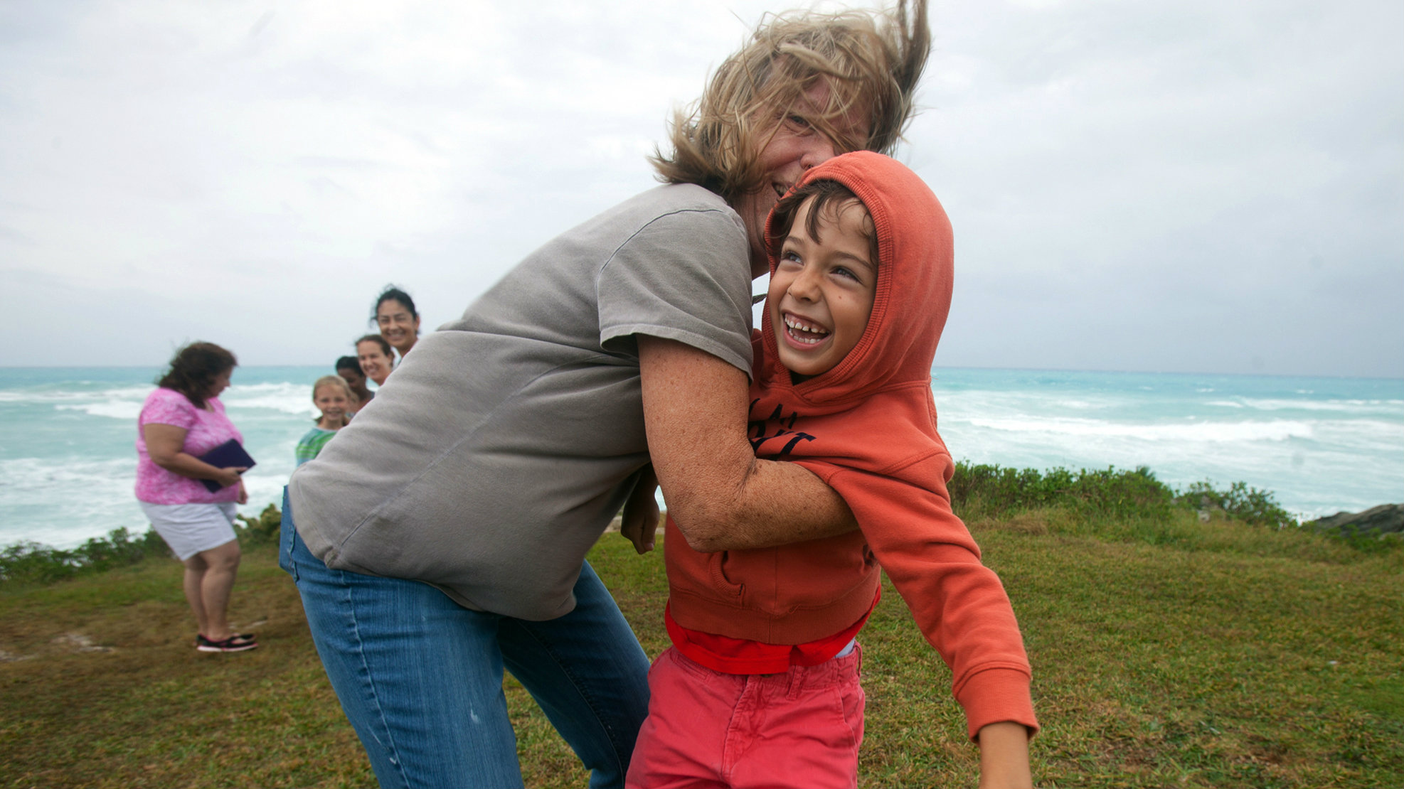 People stand on the island's south shore to feel the winds from approaching Hurricane Gonzalo, in Astwood Park, October 17, 2014. Hurricane Gonzalo barrelled toward Bermuda on Friday with damaging winds and a dangerous surge of water as one of the strongest storms to threaten the Atlantic islands, forecasters said. REUTERS/Nicola Muirhead (BERMUDA - Tags: ENVIRONMENT DISASTER TPX IMAGES OF THE DAY)