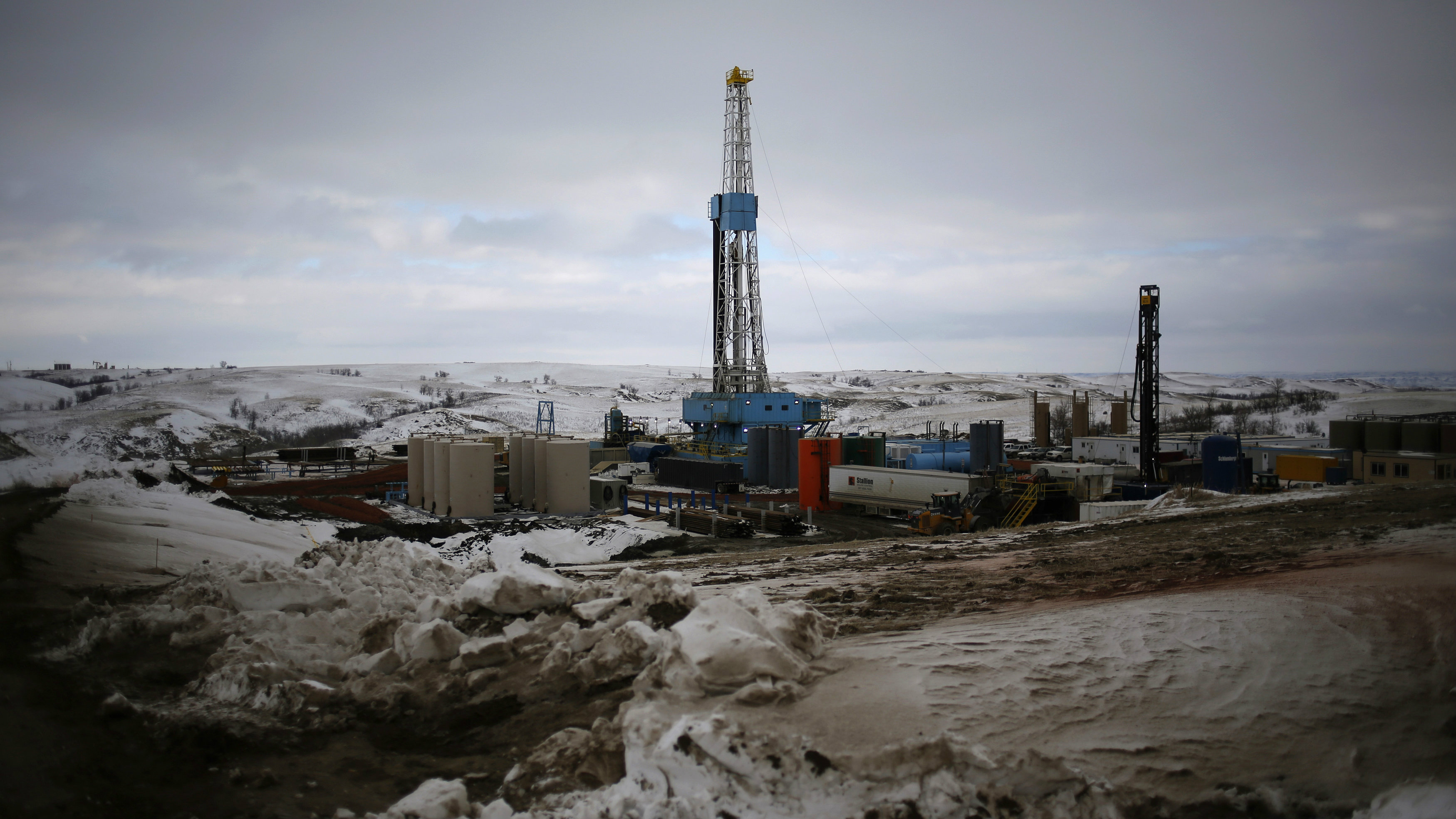 An oil derrick is seen at a fracking site for extracting oil outside of Williston, North Dakota March 11, 2013. North Dakota's booming oil business has quickly ran up against a serious shortage of housing for the thousands of workers who have poured into the state looking to cash in on the Bakken oil formation that has made North Dakota the second-largest oil-producing state after Texas. Picture taken March 11, 2013. REUTERS/Shannon Stapleton (UNITED STATES - Tags: BUSINESS ENERGY ENVIRONMENT COMMODITIES)