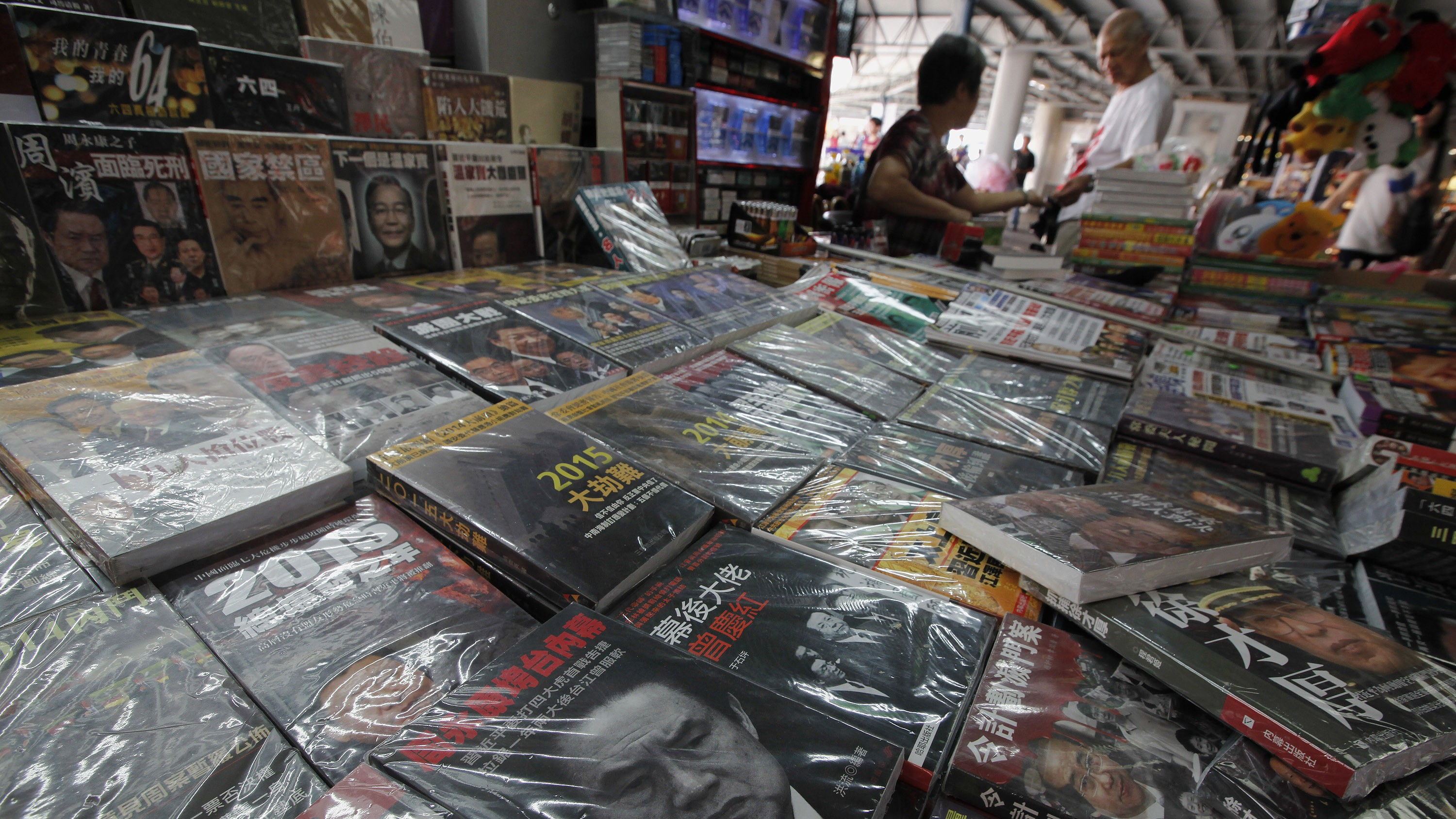 Books on China's then Politburo Standing Committee Member Zhou Yongkang are displayed at a newsstand in Hong Kong July 30, 2014. China's Communist Party said on Tuesday it had launched a corruption investigation into former domestic security chief Zhou, one of the country's most influential politicians of the last decade, in a case that has its origins in a party power struggle. REUTERS/Bobby Yip (CHINA - Tags: POLITICS CRIME LAW) - RTR40L9C