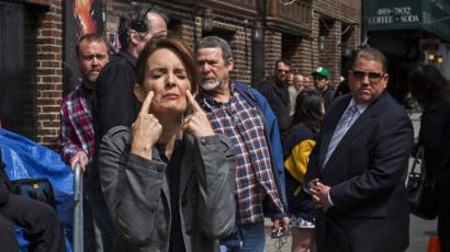 """Comedian Tina Fey pretends to cry as she arrives at Ed Sullivan Theater in Manhattan as David Letterman prepares for the taping of tonight's final edition of """"The Late Show"""" in New York May 20, 2015. REUTERS/Lucas Jackson - RTX1DVCU"""