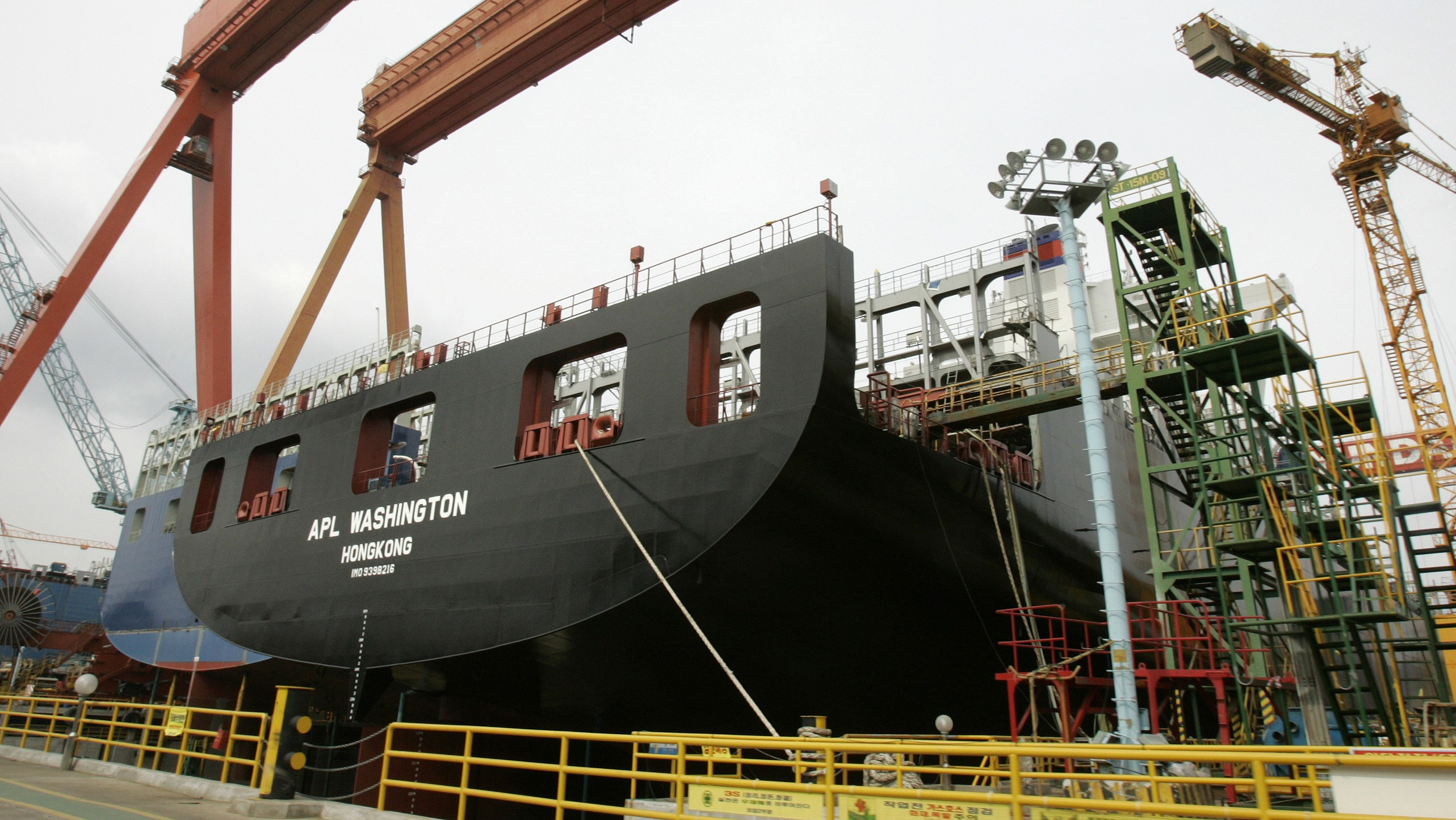 A cargo boat under construction is seen at a dockyard of Hyundai Heavy Industries in Ulsan, about 410 km (256 miles) southeast of Seoul, in this February 25, 2009 file photo. Signs that customers of South Korea's shipbuilders will delay or cancel orders is providing an additional threat to the beleaguered won, already under fire from concerns over the country's foreign currency liabilities. REUTERS/Jo Yong-Hak/Files (SOUTH KOREA TRANSPORT ENERGY POLITICS) - RTXCJ7E