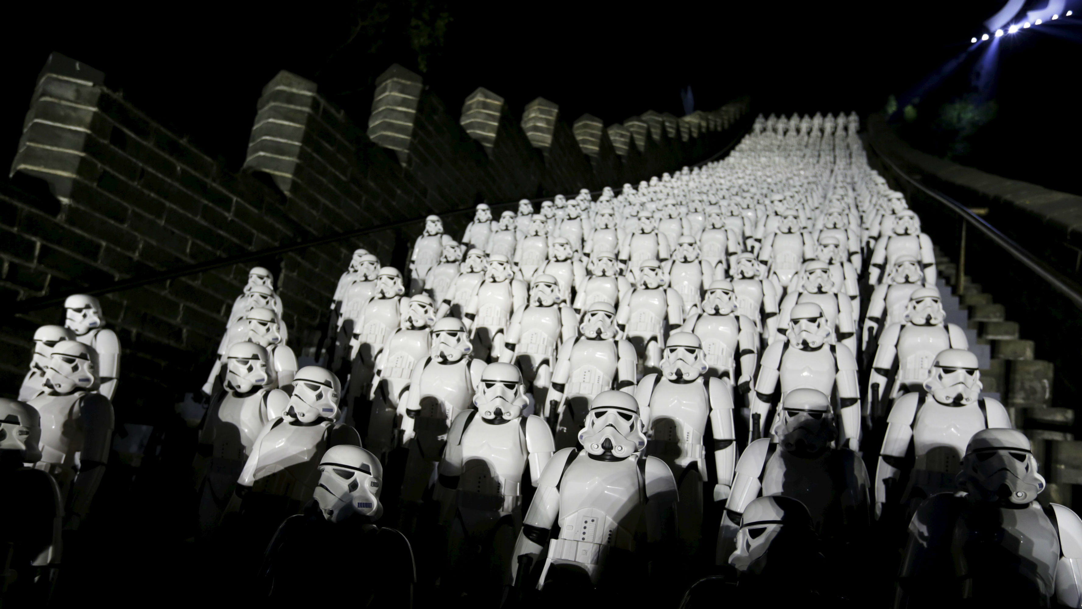 """Five hundred replicas of the Stormtroopers characters from """"Star Wars"""" are seen on the steps at the Juyongguan section of the Great Wall of China during a promotional event for """"Star Wars: The Force Awakens"""" film, on the outskirts of Beijing, China, October 20, 2015. REUTERS/Jason Lee"""