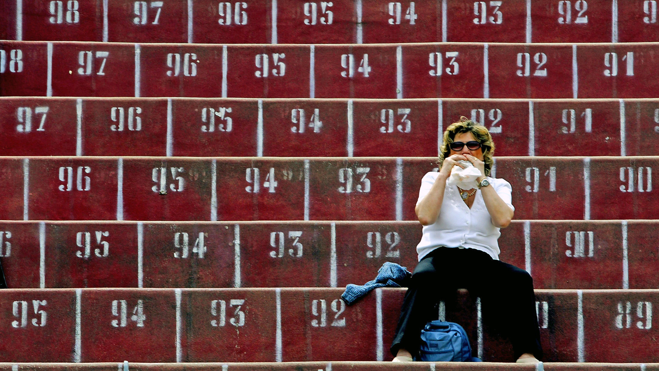 A supporter of Livorno eats a sandwich before the Italian Serie A match against Juventus at the Armando Picchi stadium in Livorno May 22, 2005. REUTERS/Giampiero Sposito GS/KI