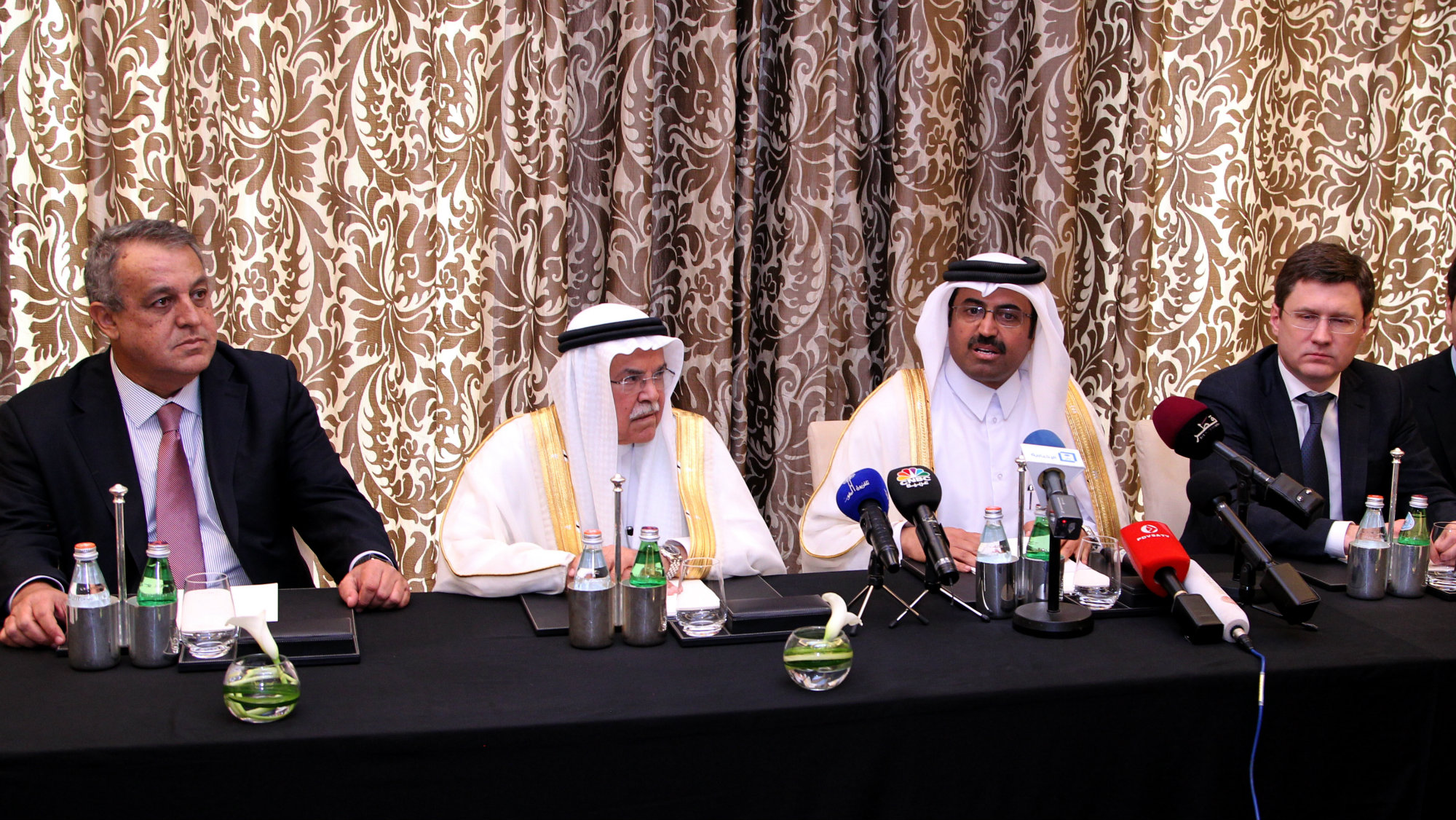 (L-R) Venezuelan Minister of Petroleum and Mining Eulogio Del Pino, Saudi Minister of Oil and Mineral Resources Ali al-Naimi, Qatari Minister of Energy and Industry Mohammed Saleh al-Sada and Russian Energy Minister Alexander Novak give a press conference in Doha, Qatar, 16 February 2016.