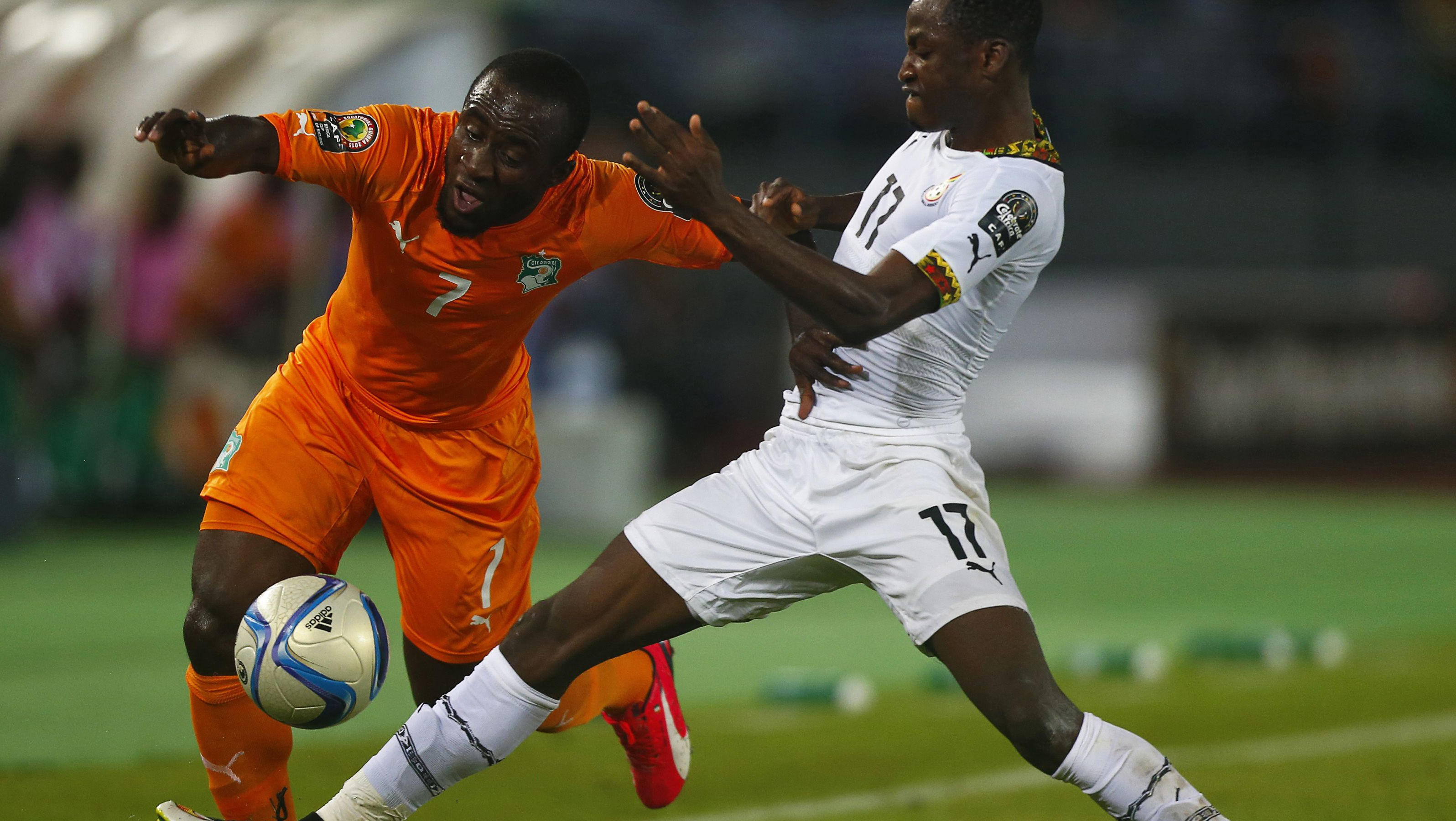 Ivory Coast's Seydou Doumbia (L) challenges Ghana's Baba Rahman during the African Nations Cup final soccer match in Bata, February 8, 2015. REUTERS/Amr Abdallah Dalsh (EQUATORIAL GUINEA - Tags: SPORT SOCCER) - RTR4OPX8