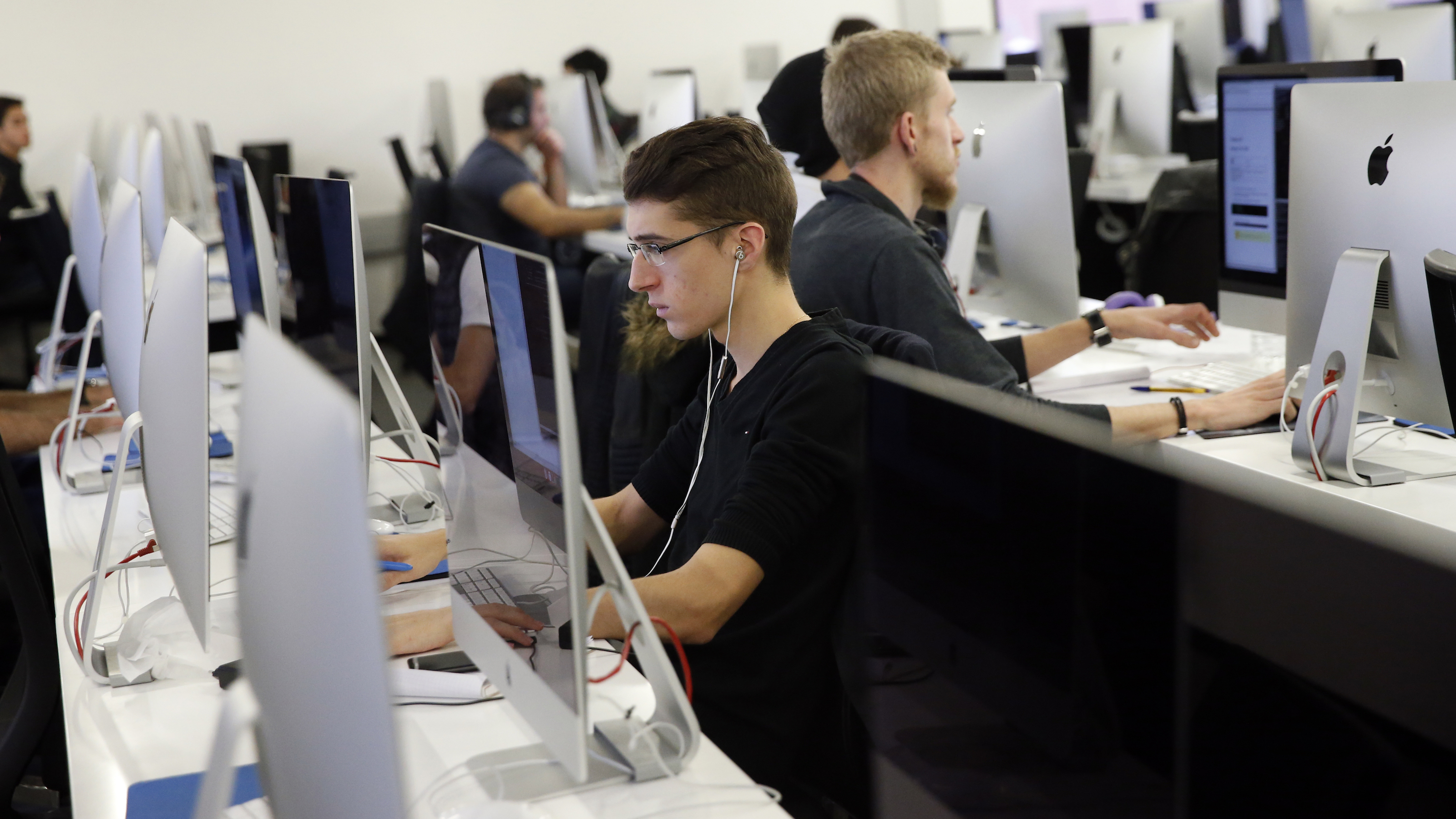 Students work on computers at the 42 school campus in Paris, France, October 27, 2015. The French school 42, is a private French computer programming school.  REUTERS/Benoit Tessier - RTX1TH9K
