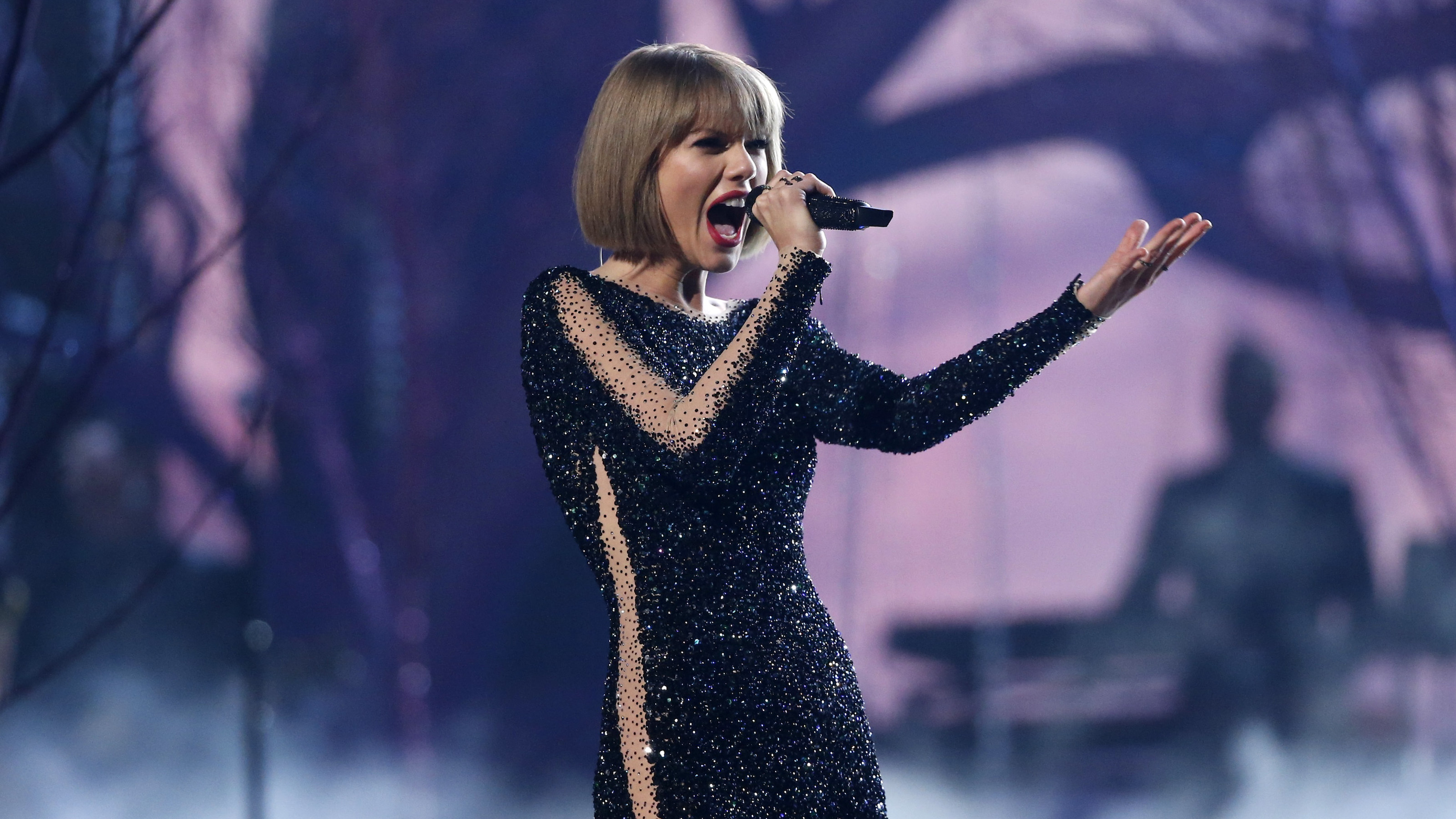 "Taylor Swift performs ""Out of the Woods"" at the 58th Grammy Awards in Los Angeles, California February 15, 2016.  REUTERS/Mario Anzuoni - RTX273C9"