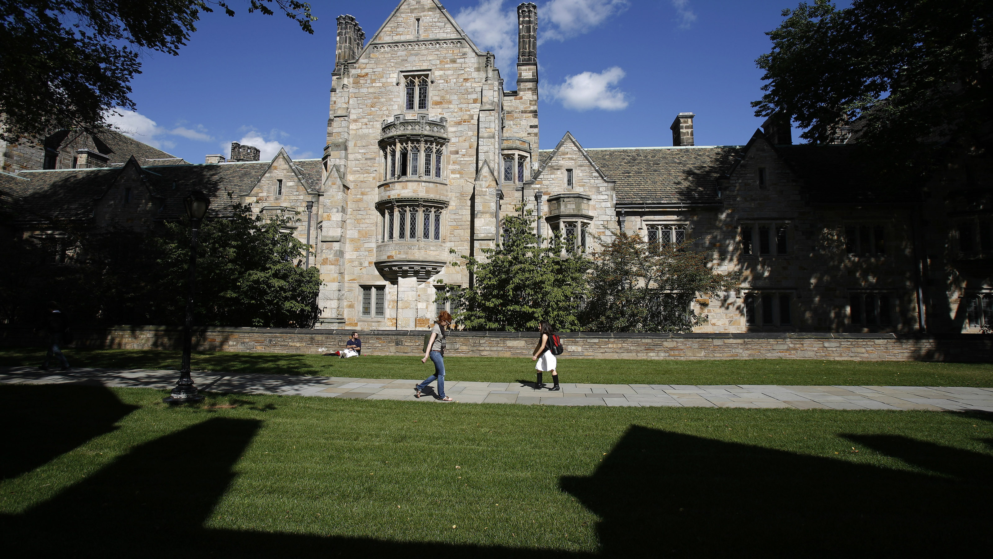 Students walk on the campus of Yale University in New Haven, Connecticut, October 7, 2009.  REUTERS/Shannon Stapleton (UNITED STATES) - RTXPEBX