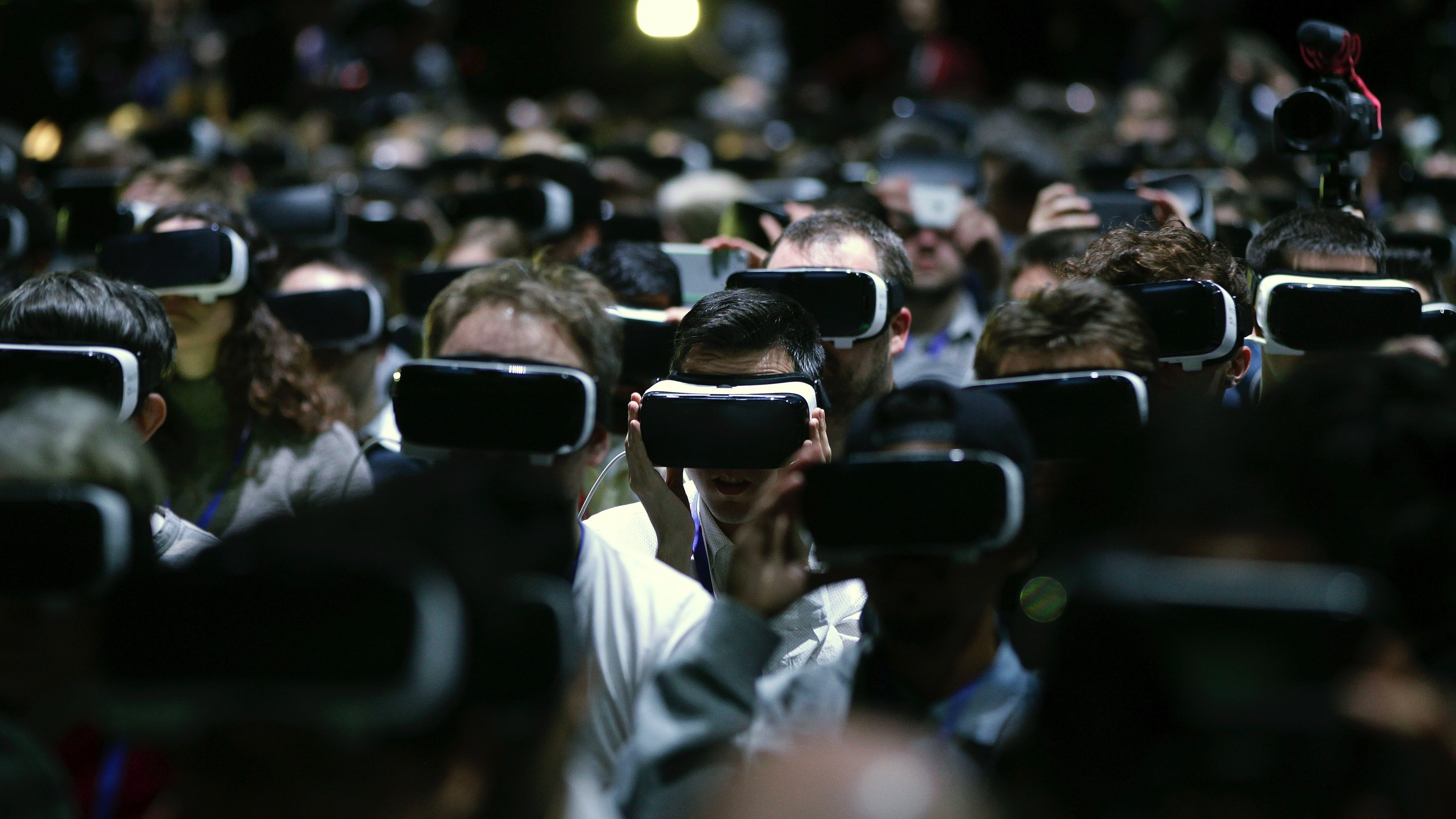 epa05174317 People use VR goggles during Samsung's presentation at a preview day of the the Mobile World Congress in Barcelona, Spain, 21 February 2016. The Mobile World Congress 2016 will run from 22 to 25 February 2016.  EPA/Alberto EstÈvez
