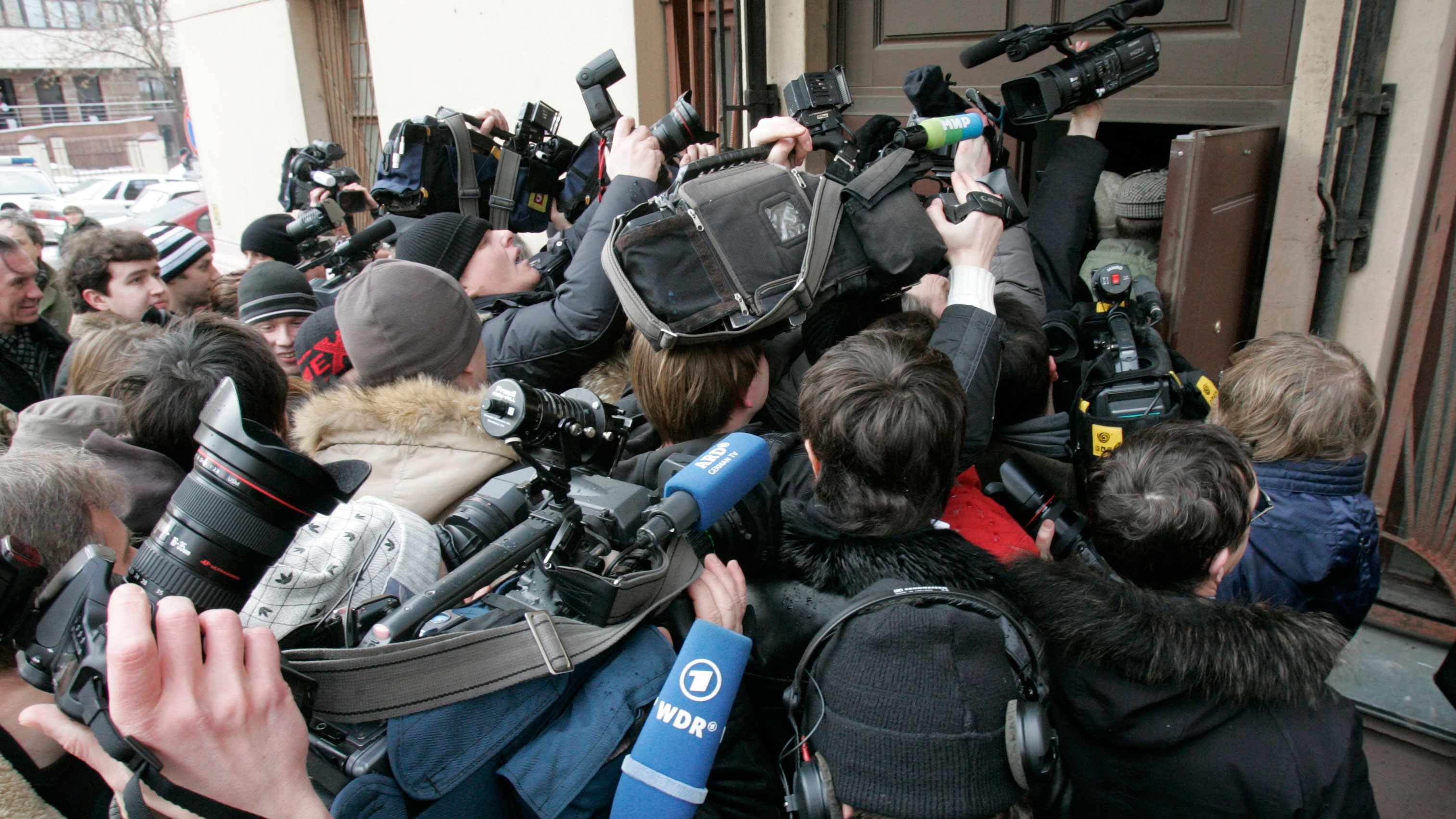Journalists crowd around the entrance of a Moscow court building after the arrival of former Russian tycoon Mikhail Khodorkovsky March 3, 2009. Jailed Russian oil tycoon Khodorkovsky arrived at a Moscow court on Tuesday at the start of a new trial for money laundering and embezzlement, a Reuters reporter at the courtroom said. REUTERS/Alexander Natruskin (RUSSIA)