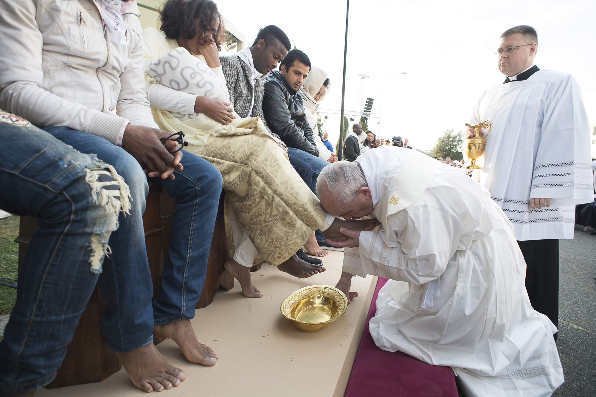 Photos: Pope Francis washes and kisses the feet of Muslim