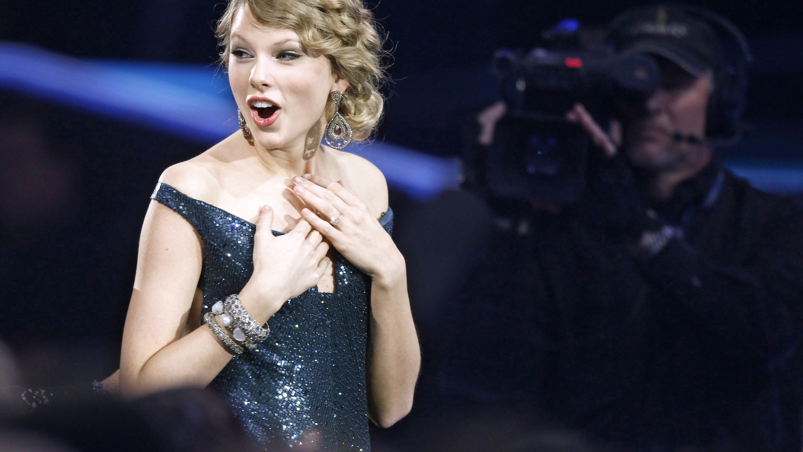 """Taylor Swift reacts after winning best country album for """"Fearless"""" at the 52nd annual Grammy Awards in Los Angeles January 31, 2010.  REUTERS/Mike Blake  (MUSIC-GRAMMYS/SHOW)   (UNITED STATES - Tags: ENTERTAINMENT) - RTR29PN7"""
