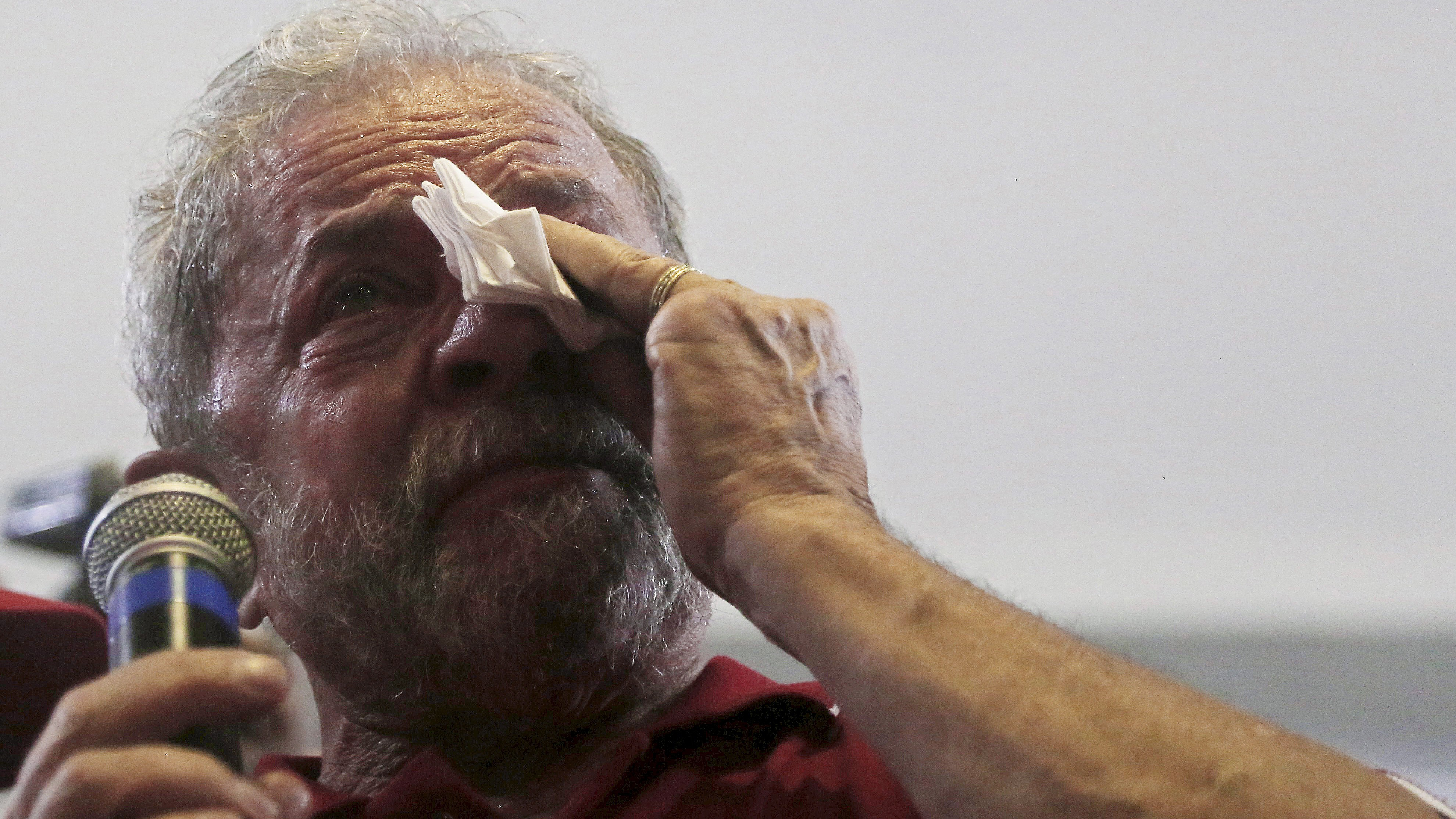 Former Brazilian President Luiz Inacio Lula da Silva cries as he speaks to supporters at the bank workers' trade union site in Sao Paulo, Brazil, March 4, 2016. REUTERS/Paulo Whitaker      TPX IMAGES OF THE DAY      - RTS9DPN