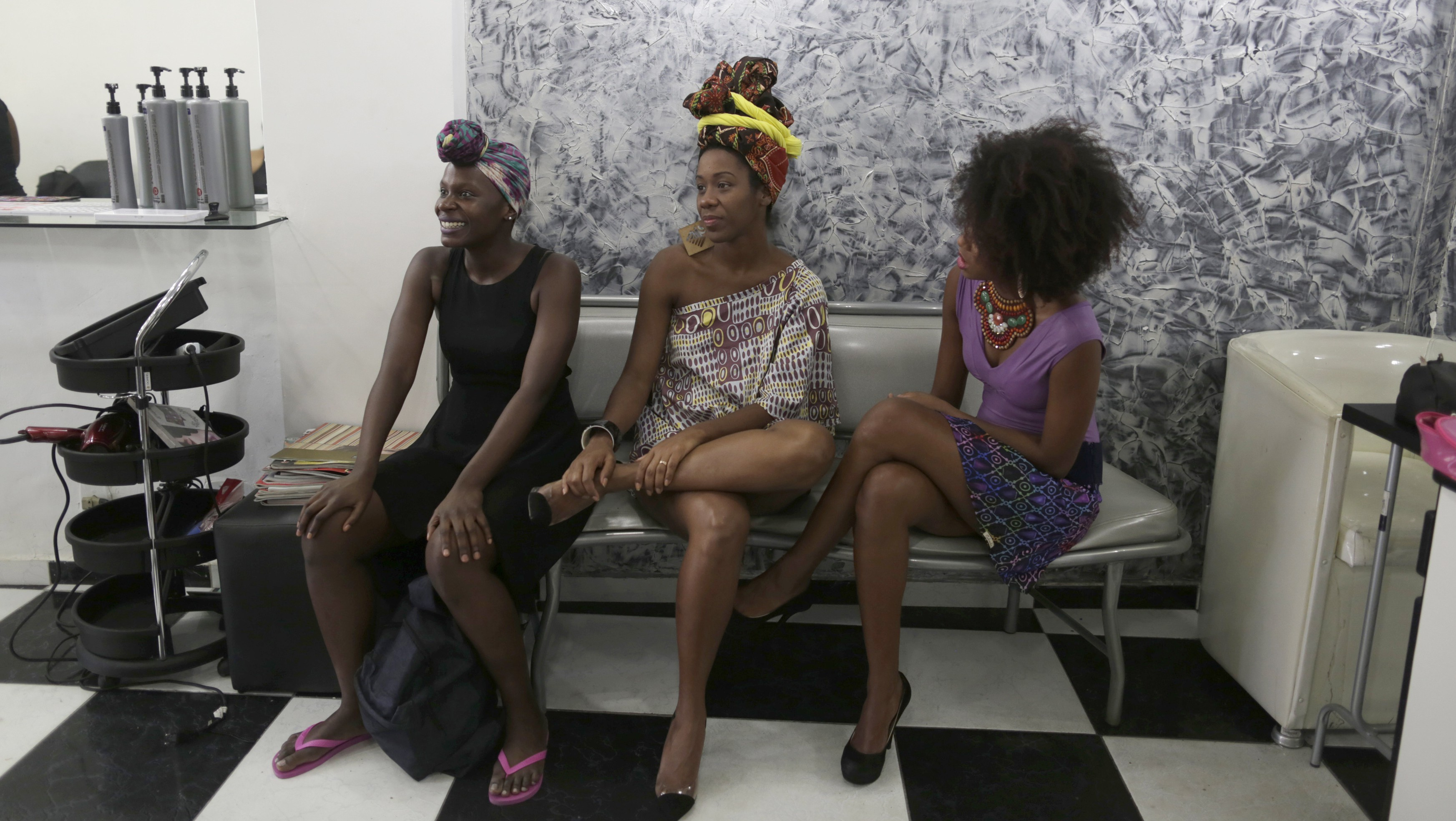 Models wait to have their hair styled at a hair salon before attending celebrations for the annual Black Consciousness Day in Brazil in Rio de Janeiro November 20, 2013. REUTERS/Pilar Olivares (BRAZIL - Tags: ENTERTAINMENT FASHION ANNIVERSARY SOCIETY) - RTX15MDB