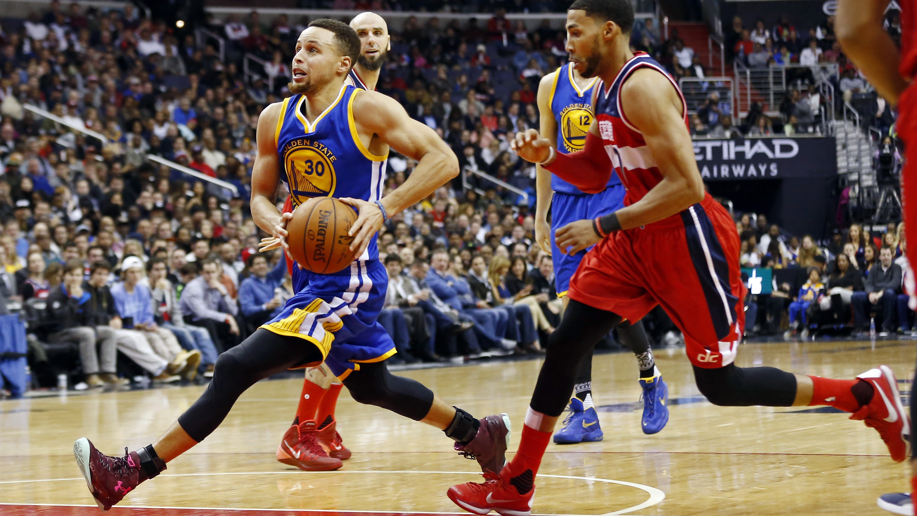 Feb 3, 2016; Washington, DC, USA; Golden State Warriors guard Stephen Curry (30) drives to the basket past Washington Wizards guard Garrett Temple (17) in the second quarter at Verizon Center
