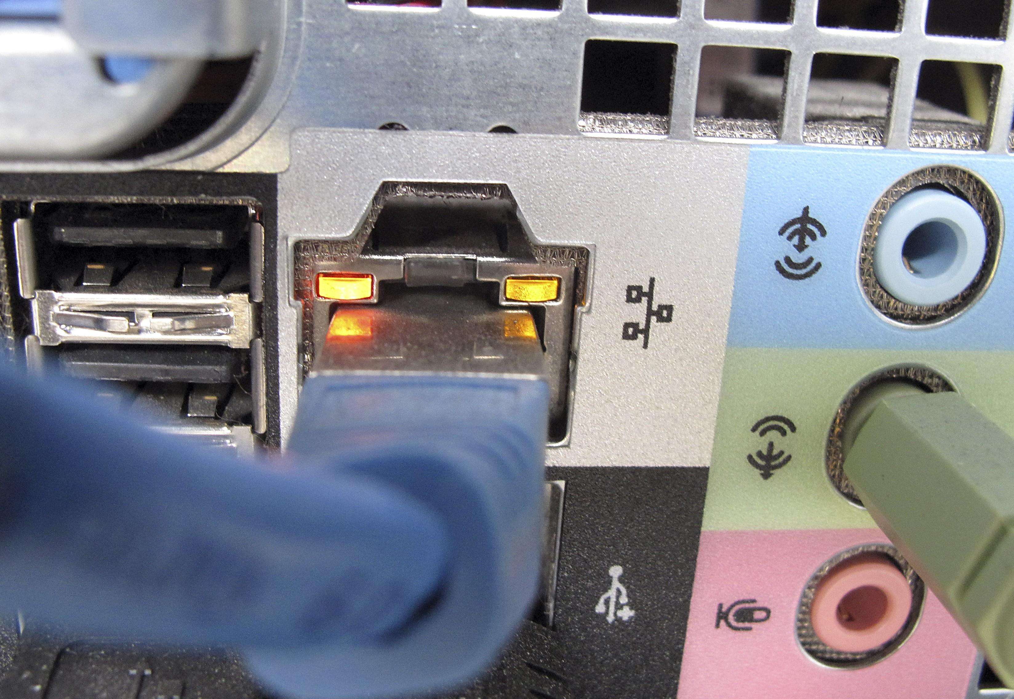 Ein Netzwerkkabel, fotografiert am Donnerstag, 8.Oktober 2009, in Duesseldorf. Nach der Ausspaehung Tausender E-Mail-Konten mahnen Experten eindringlich zu mehr Sorgfalt im Umgang mit elektronischen Daten. (AP Photo/Frank Augstein) --- A network cable, taken on Oct. 8,2009, in Duesseldorf, Germany. (AP Photo/Frank Augstein)