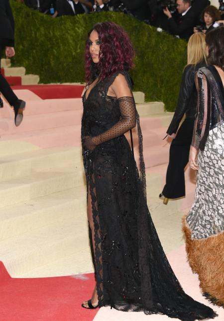 """Kerry Washington arrives at The Metropolitan Museum of Art Costume Institute Benefit Gala, celebrating the opening of """"Manus x Machina: Fashion in an Age of Technology"""" on Monday, May 2, 2016, in New York. (Photo by Evan Agostini/Invision/AP)"""