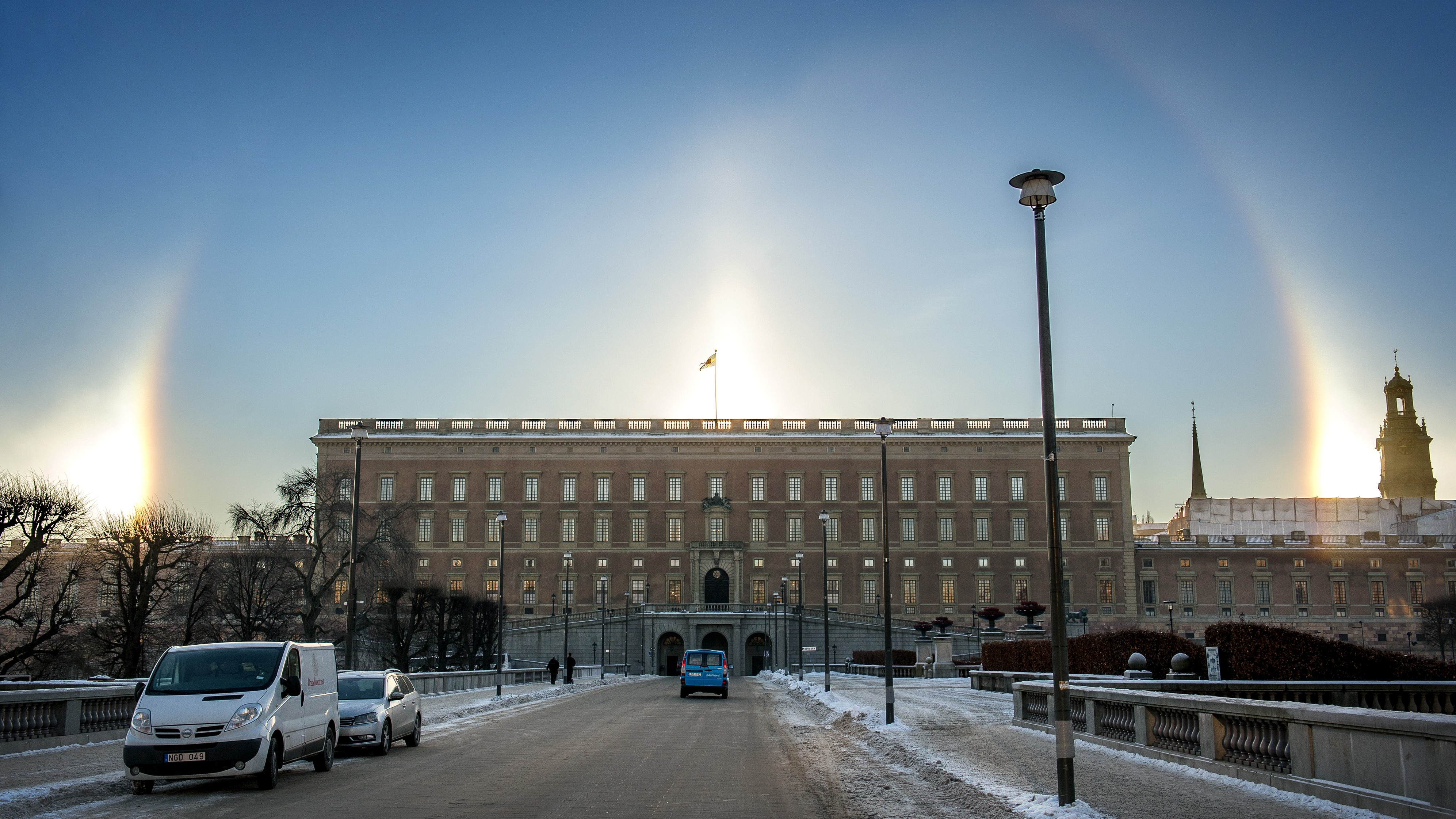 epa05118284 A halo appears around the Royal Palace in Stockholm, Sweden, 22 January 2016. A halo is an optical phenomenon produced by light interacting with ice crystals.