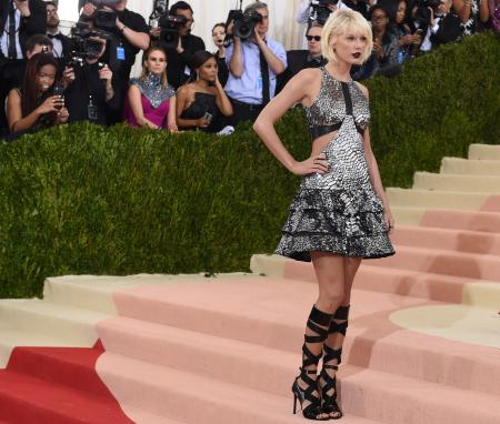 Taylor Swift arrives for the Costume Institute Benefit at the Metropolitan Museum of Art on May 2, 2016 in New York. / AFP / TIMOTHY A. CLARY (Photo credit should read TIMOTHY A. CLARY/AFP/Getty Images)