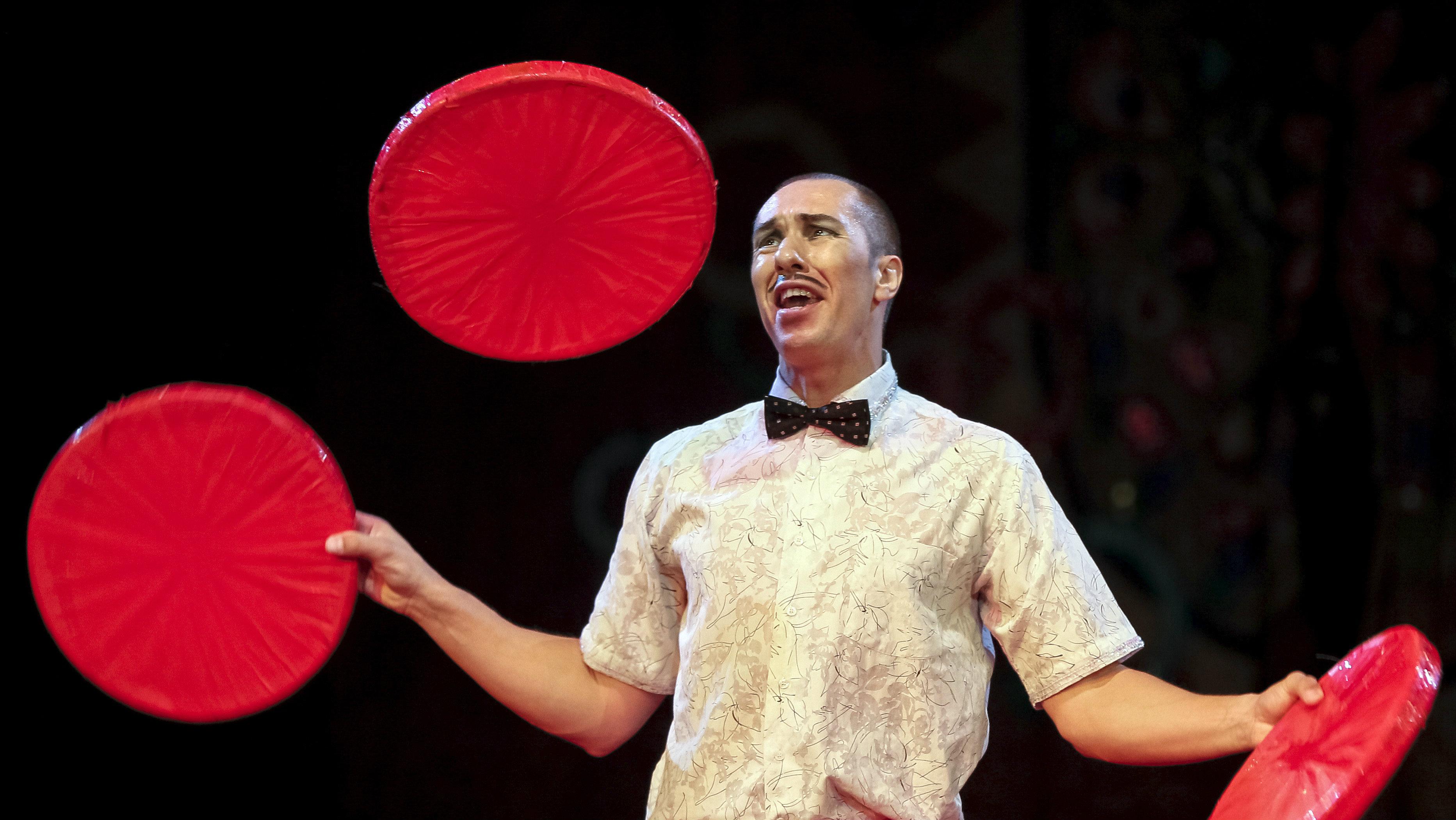 "A juggler performs during ""The Circus Princess"", a new programme, at the National Circus in the Ukrainian capital of Kiev September 10, 2015. REUTERS/Gleb Garanich"