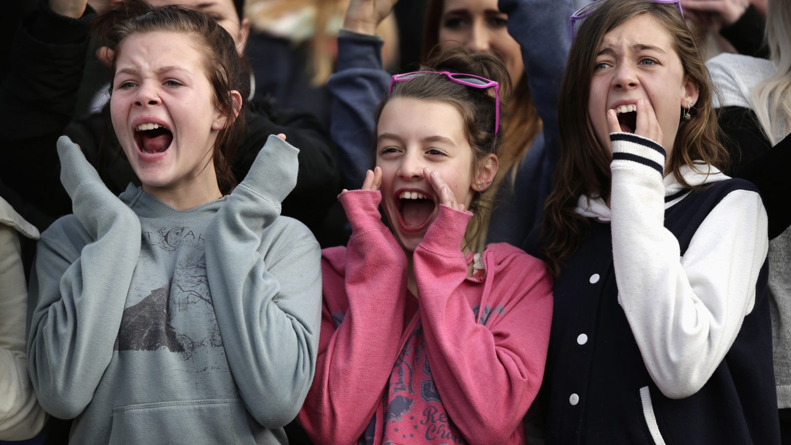 Fans react as Canadian singer Justin Bieber performs at an early morning promotional event in Sydney July 18, 2012. REUTERS/Tim Wimborne (AUSTRALIA - Tags: ENTERTAINMENT) - RTR350XX