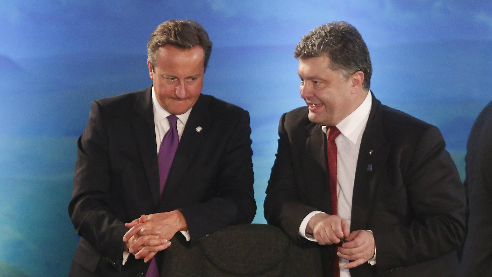 2014Britain's Prime Minister David Cameron talks with Ukraine's President Petro Poroshenko during the NATO Summit at the Celtic Manor Resort in Newport, Wales, September 4, 2014.