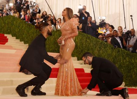 """Singer-Songwriter Beyonce Knowles arrives at the Metropolitan Museum of Art Costume Institute Gala (Met Gala) to celebrate the opening of """"Manus x Machina: Fashion in an Age of Technology"""" in the Manhattan borough of New York, May 2, 2016. REUTERS/Lucas Jackson TPX IMAGES OF THE DAY - RTX2CISY"""