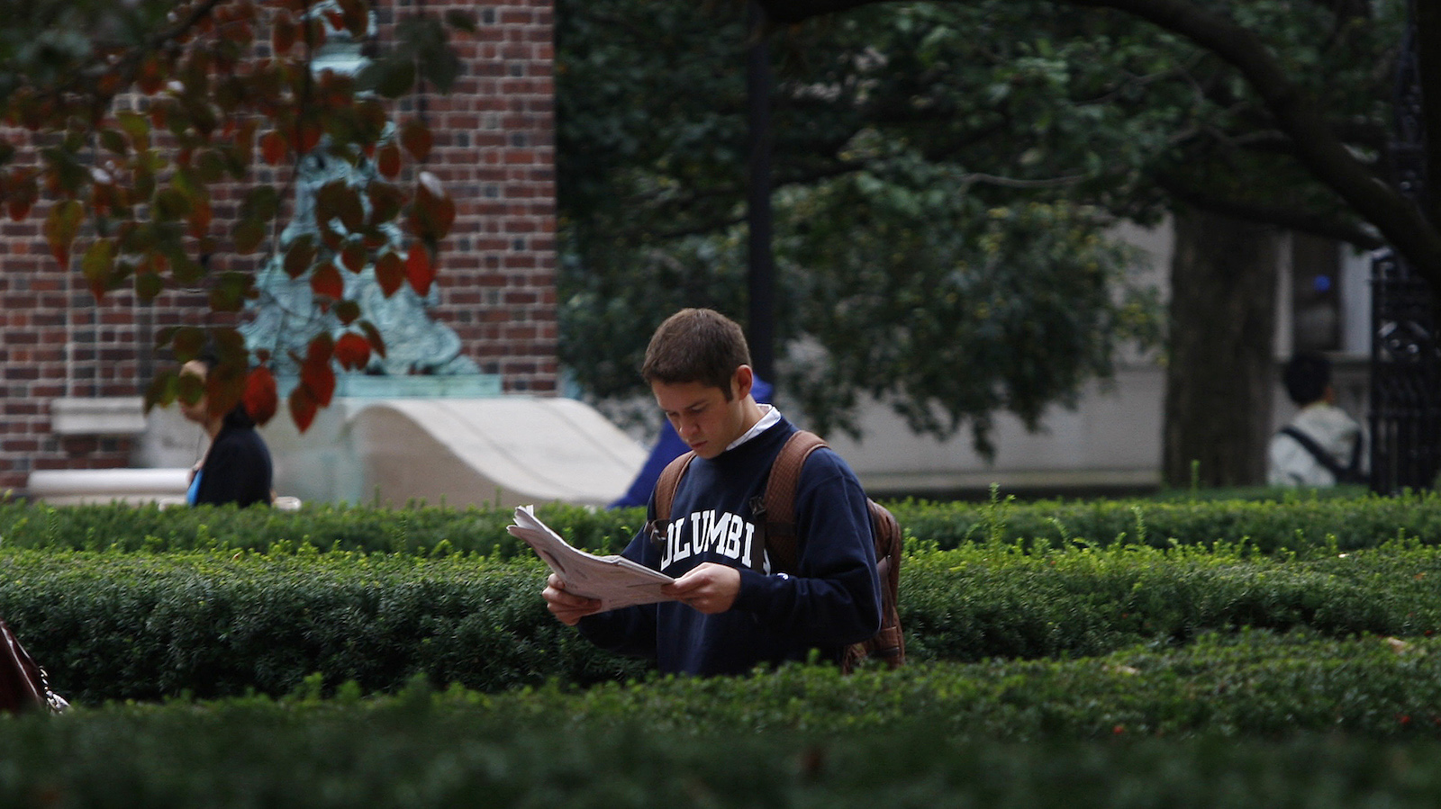A student walks to class on the campus of Columbia University in New York in this picture taken October 2, 2009. REUTERS/Mike Segar    (UNITED STATES) - RTXPBSV