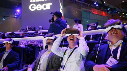 80bfc51e0647 Samsung to build virtual reality device rivaling Facebook s (FB ...