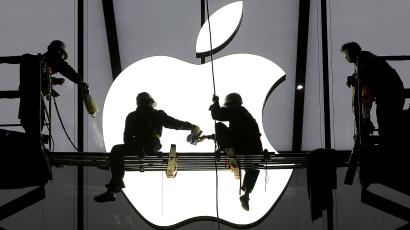 Workers prepare for the opening of an Apple store in Hangzhou, Zhejiang province, January 23, 2015. REUTERS/Chance Chan/File Photo
