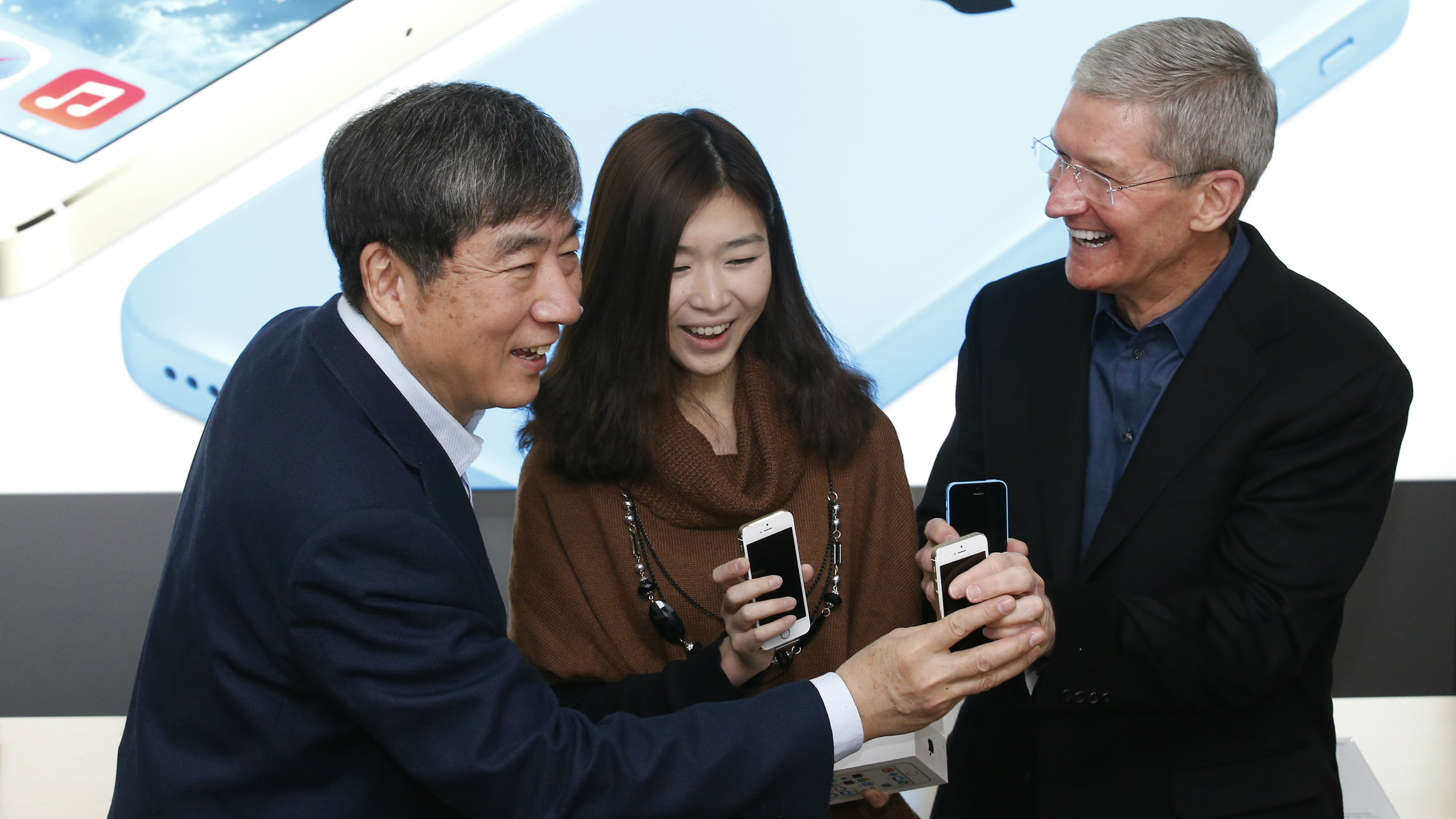 Tim Cook with an Apple customer and Xi Guohua, chairman of China Mobile, China's largest telco.