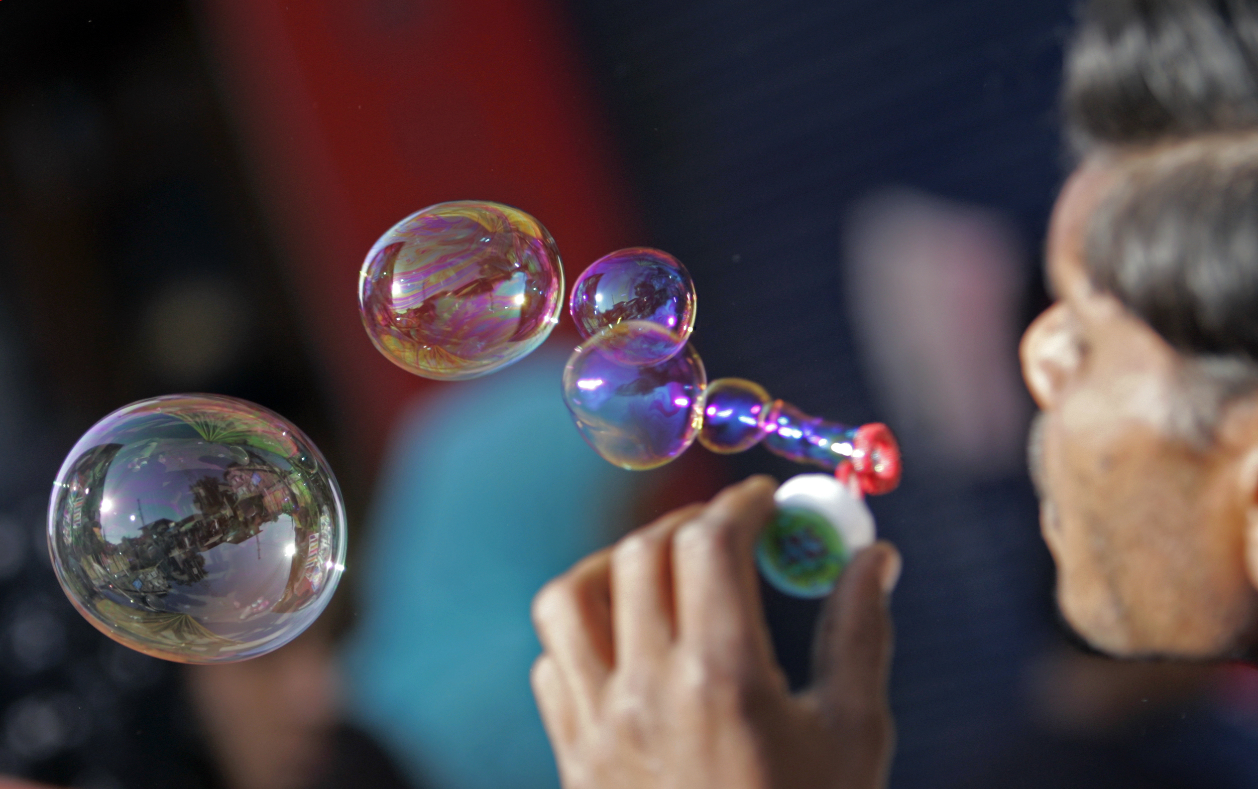 A vendor blows bubbles to attract customers ahead of Eid-al-Fitr festival at a market in Srinagar September 29, 2008. Eid-al-Fitr, an Islamic festival observed at the end of the fasting month of Ramadan, is scheduled to be celebrated in Kashmir on October 2, 2008.