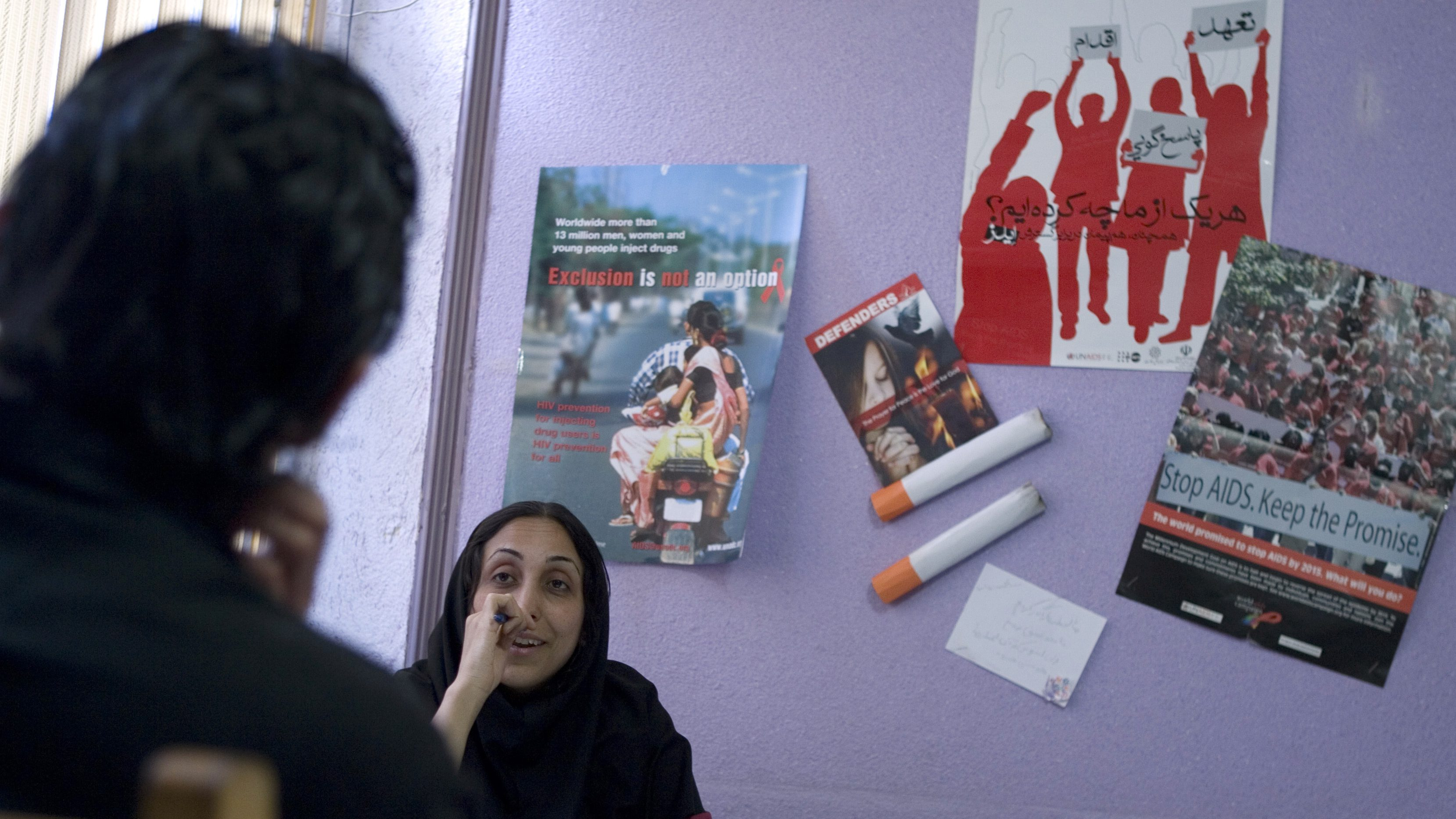 An Iranian social worker speaks with a reforming drug addict at the Aftab (Sunshine) Society Clinic in Tehran May 20, 2007. In the yellow brick building in downtown Tehran, the Iranian non-governmental organisation is helping people kick the habit and fighting narcotics abuse that blights hundreds of thousands of Iranians' lives, and wrecks families. The scale of drug abuse in Iran, which straddles a major smuggling route, is a problem the conservative Islamic state shares with the United States and its other Western foes -- and one that seems to be growing. Picture taken May 20, 2007. To match feature IRAN-DRUGS/   REUTERS/Caren Firouz (IRAN) - RTR1PZEV
