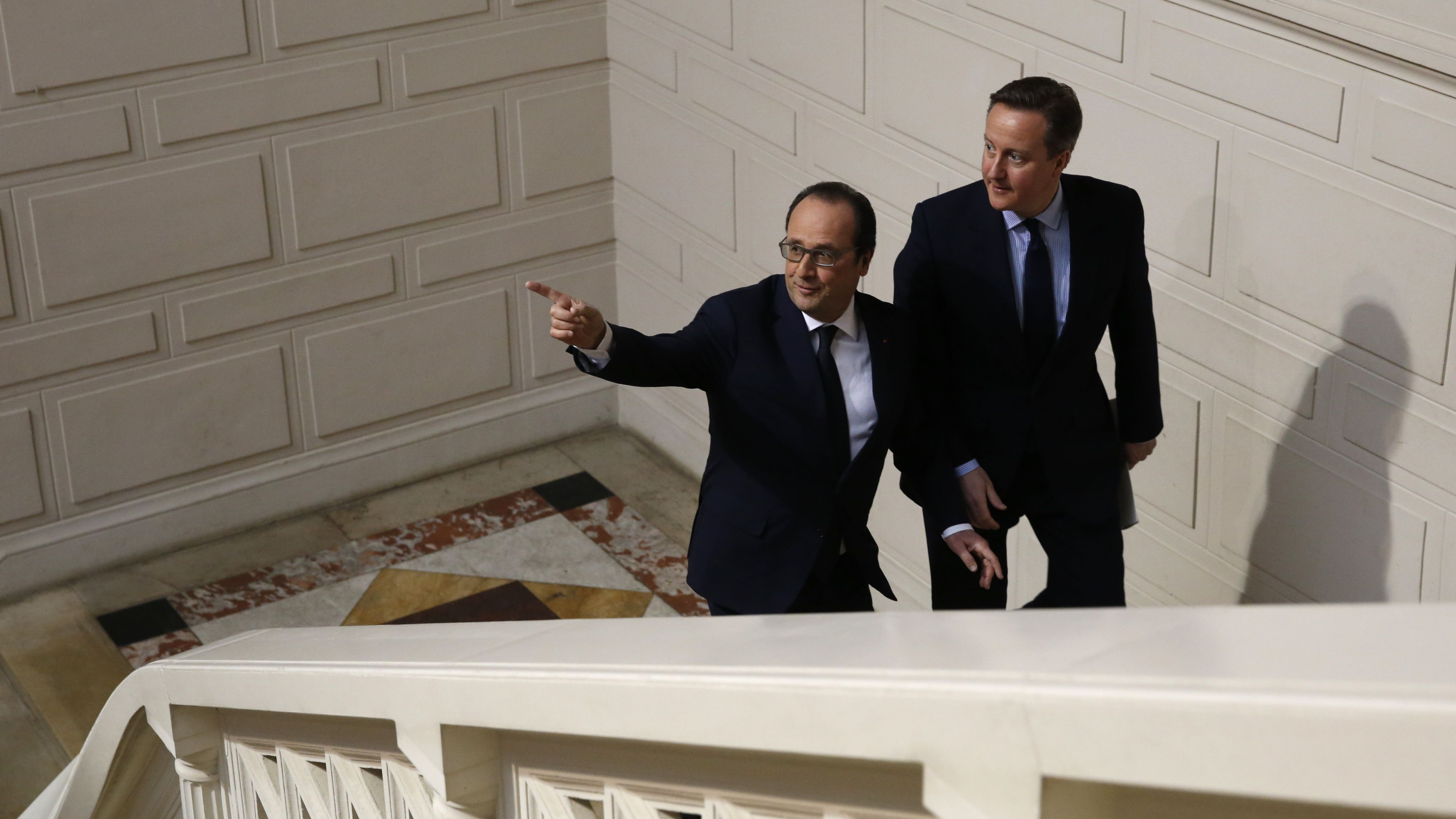 French President Francois Hollande (L) and Britain's Prime Minister David Cameron arrive to attend a joint news conference during a Franco-British summit in Amiens, northern France, March 3, 2016.