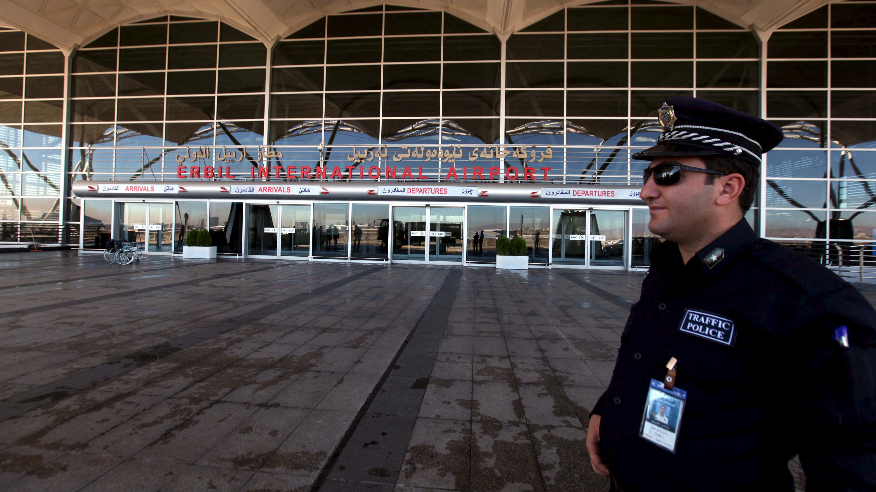 A Kurdish policeman stands guard at Erbil (Arbil) International Airport November 23, 2015. Iraq said it was suspending flights between Baghdad and the northern cities of Erbil and Sulaimaniya for two days starting on Monday due to military traffic from Russia's air campaign in neighbouring Syria.   REUTERS/Azad Lashkari  - RTX1VF4E