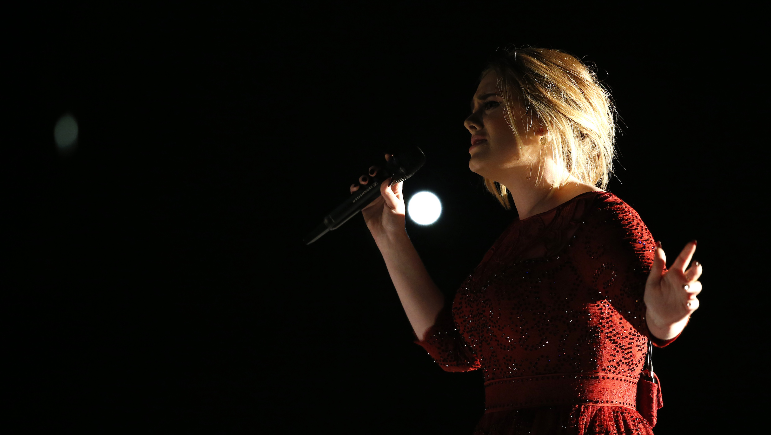 """Singer Adele performs """"All I Ask"""" on stage at the 58th Grammy Awards in Los Angeles, California February 15, 2016.  REUTERS/Mario Anzuoni - RTX273PB"""