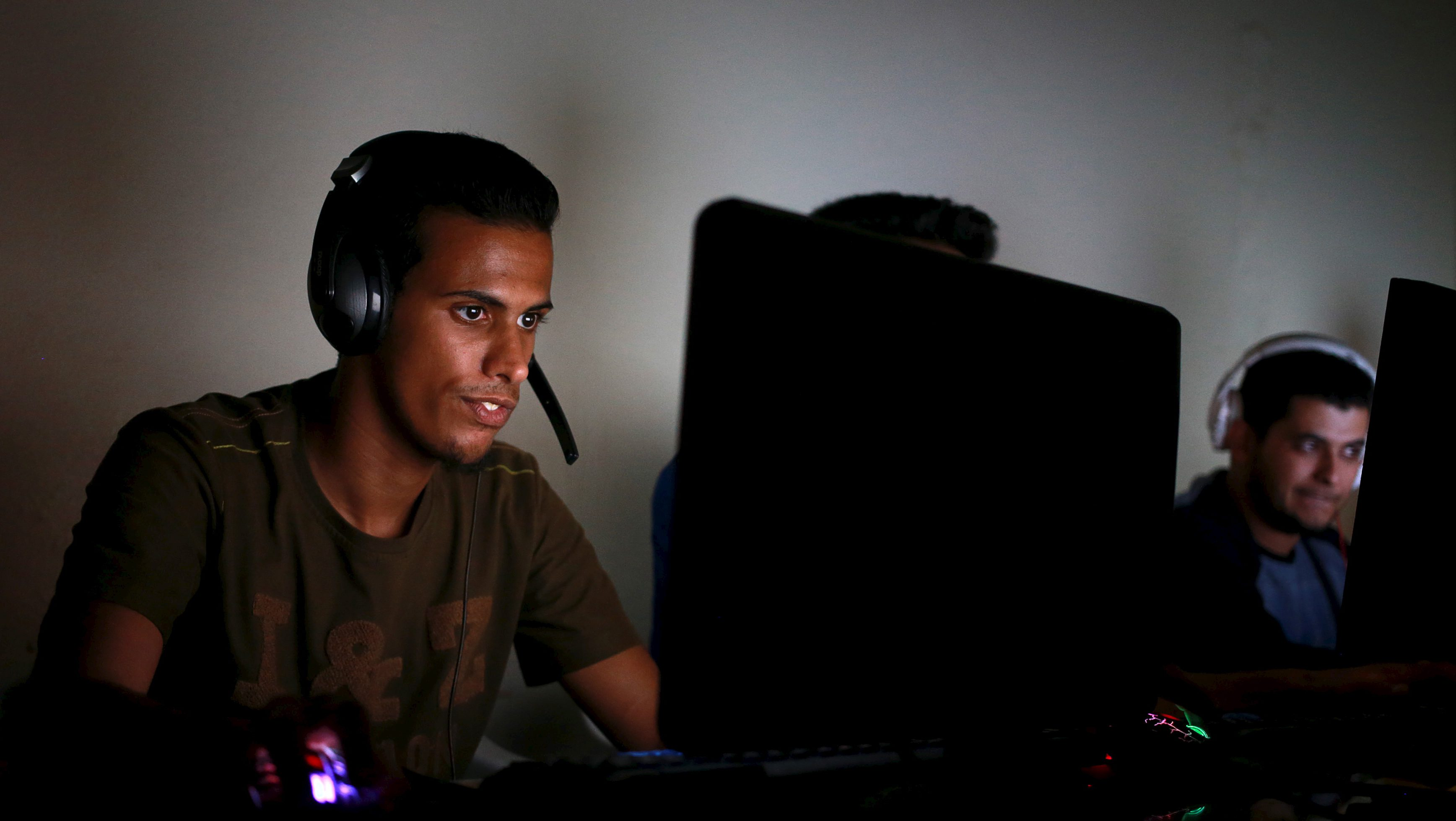 Libyans play computer games at an internet cafe in Benghazi, Libya April 10, 2016. Picture taken April 10, 2016. REUTERS/Esam Omran Al-Fetori - RTX29DBP